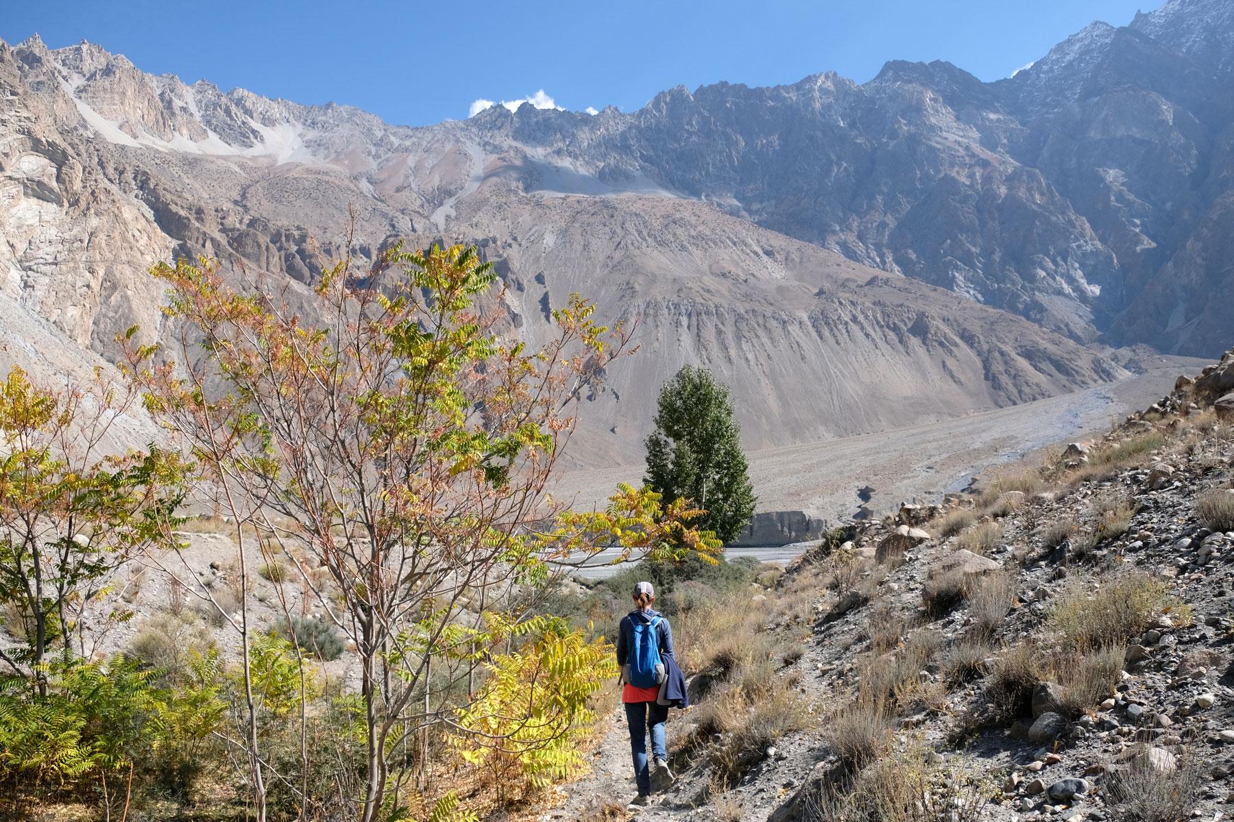 Leo wandert auf einem Pfad im Karakorumgebirge.