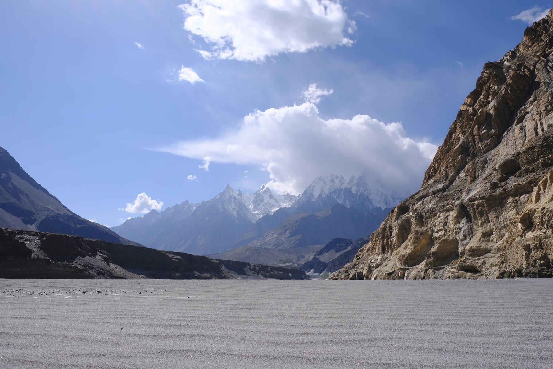 Sandiges Flussbett des Hunza-Flusses.