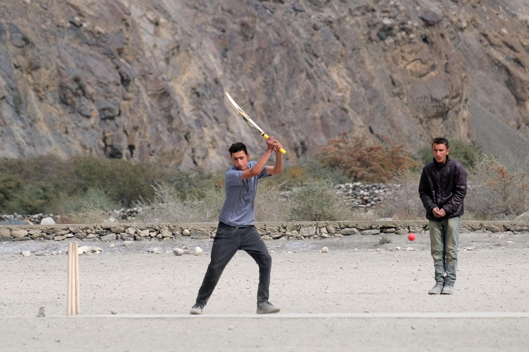 Schüler spielen Cricket in Shimshal.