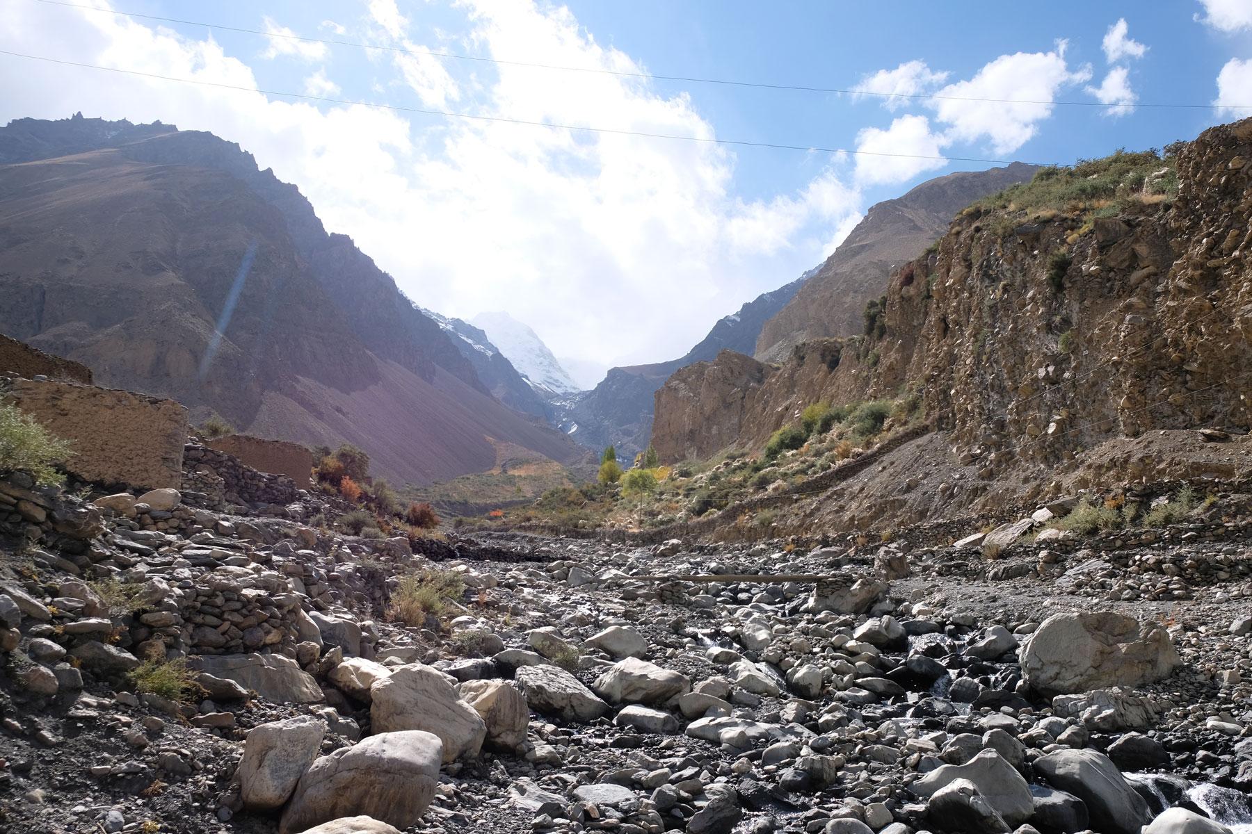 In einem ausgetrockneten Flussbett geht es bergauf