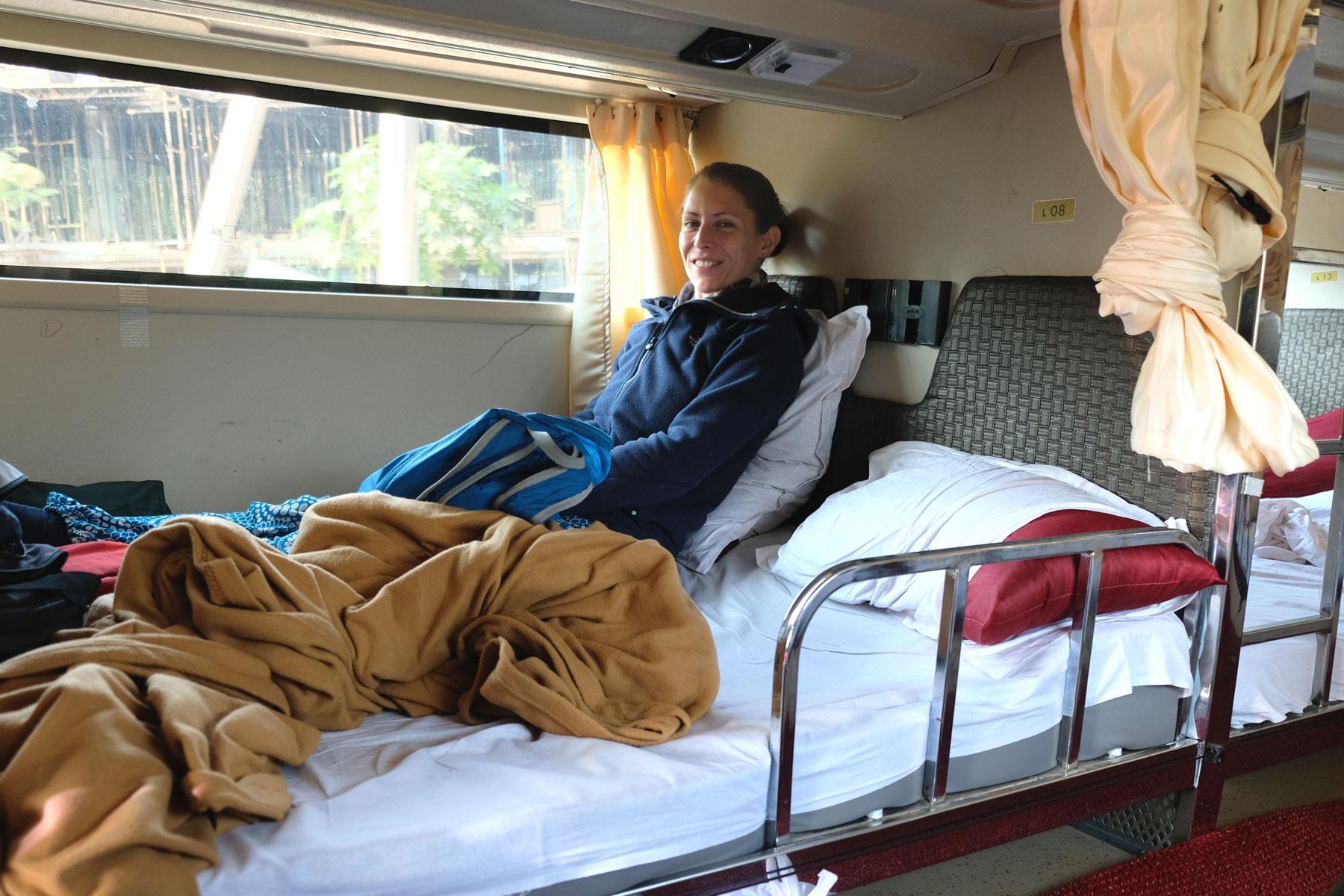 Leo sitzt im Bett eines Nachtbusses.