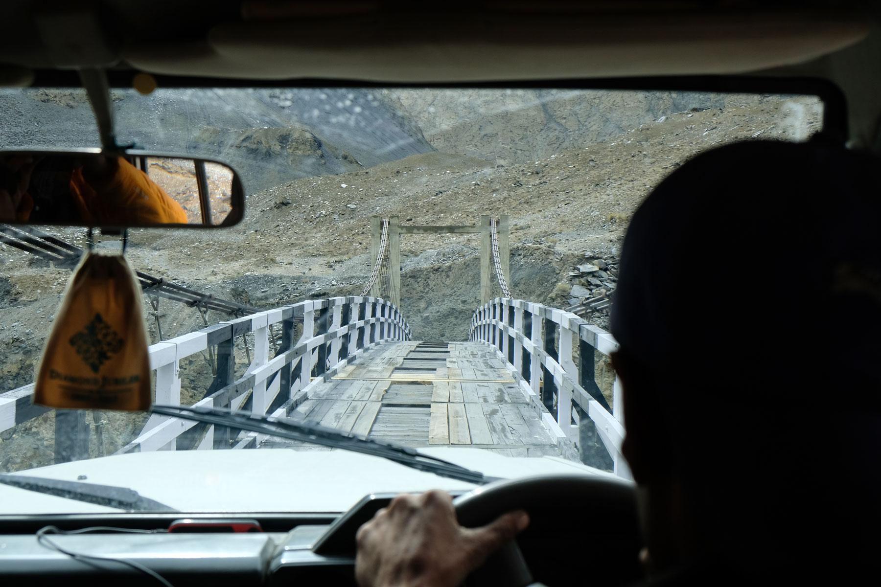 Eine schmale Holzbrücke.