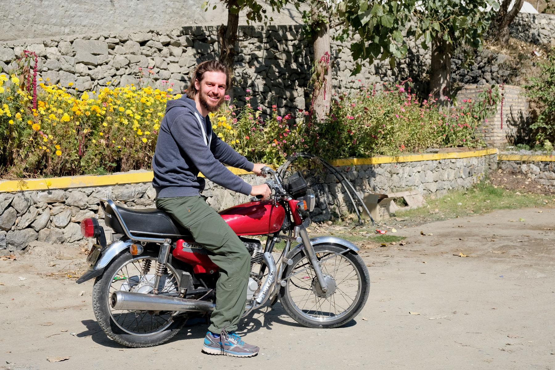 Proberunde auf Miros Motorrad. Macht Spaß, ist uns aber ein wenig zu riskant.
