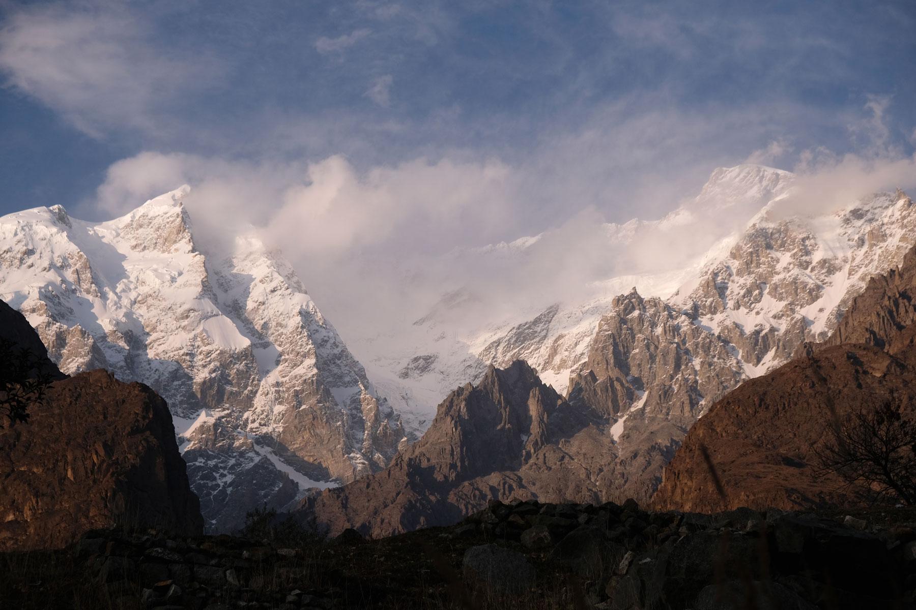 Schneebedeckte Berge im Karakorumgebirge.