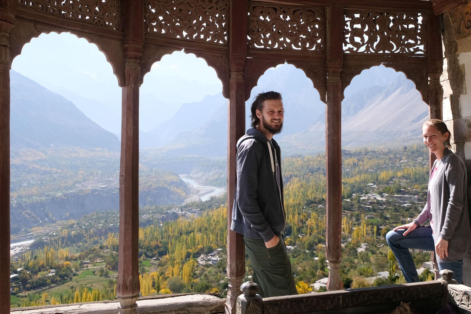 Sebastian und Leo blicken aus dem Baltit Fort in Karimabad auf das Hunza Valley.