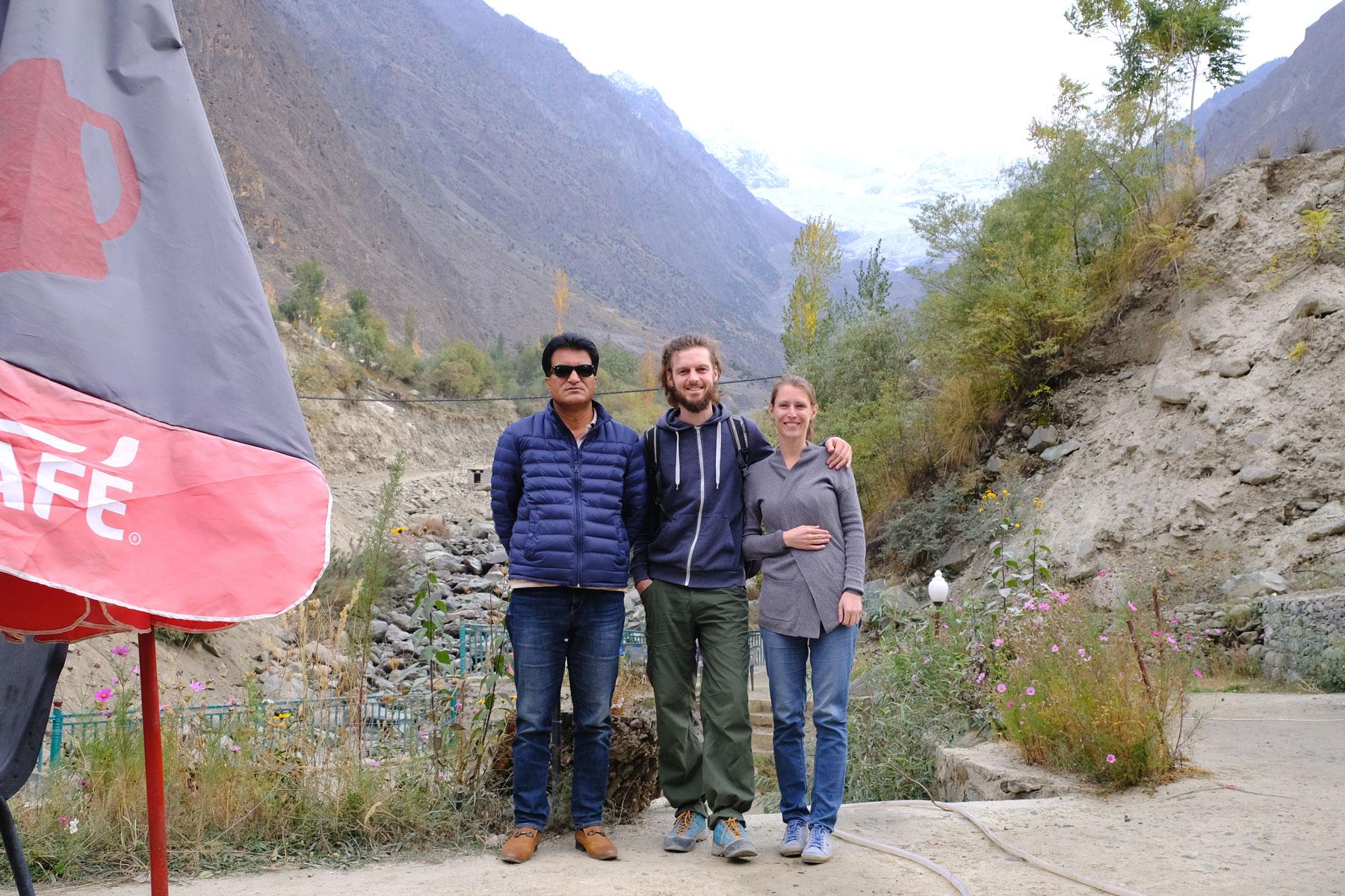 Sebastian und Leo mit einem Pakistaner am Rakaposhi View Point.
