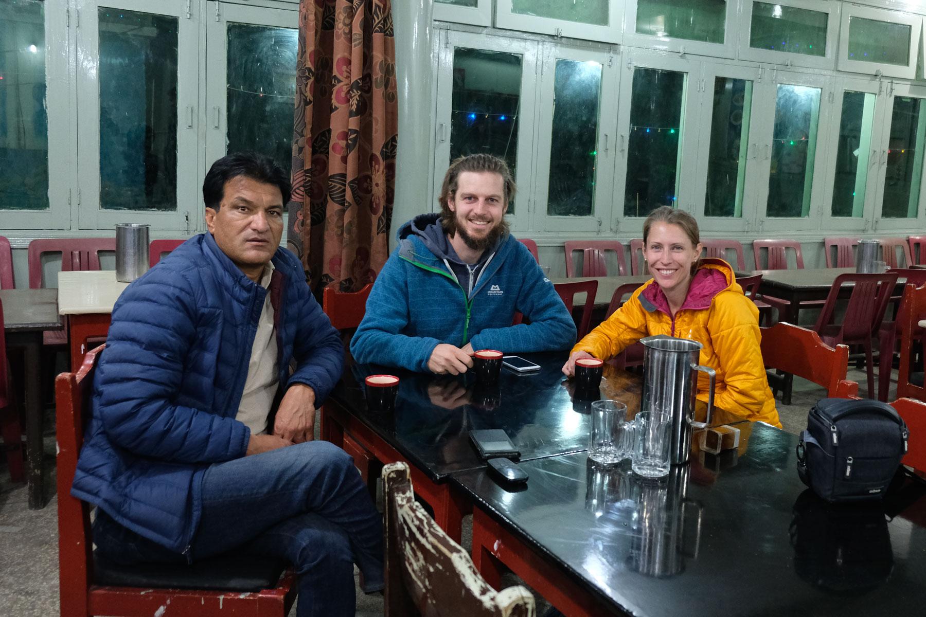 Sebastian und Leo sitzen mit Arshad in einem Restaurant und trinken Tee.
