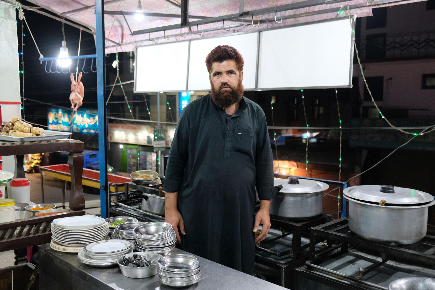 Koch in der Küche eines Restaurants in Gilgit Baltistan.