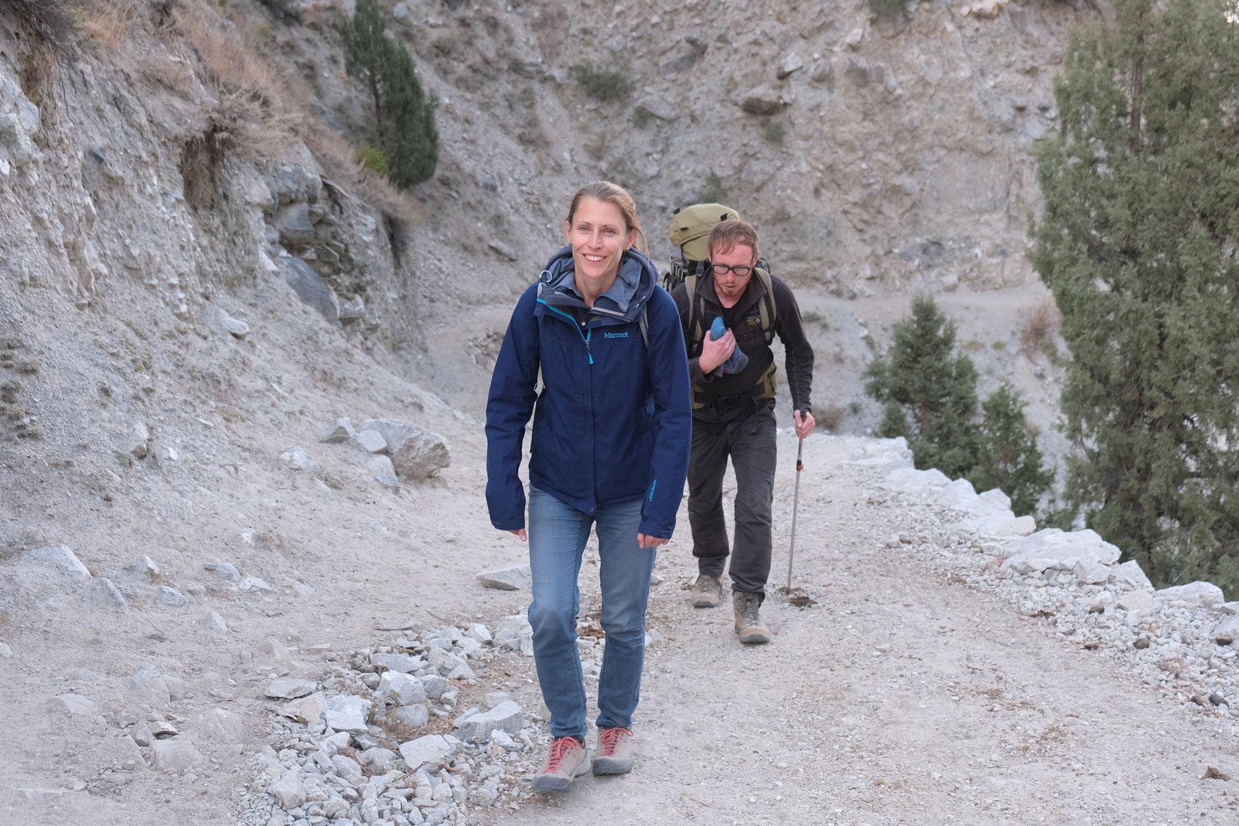 Leo wandert au einem Weg im Karakorumgebirge.