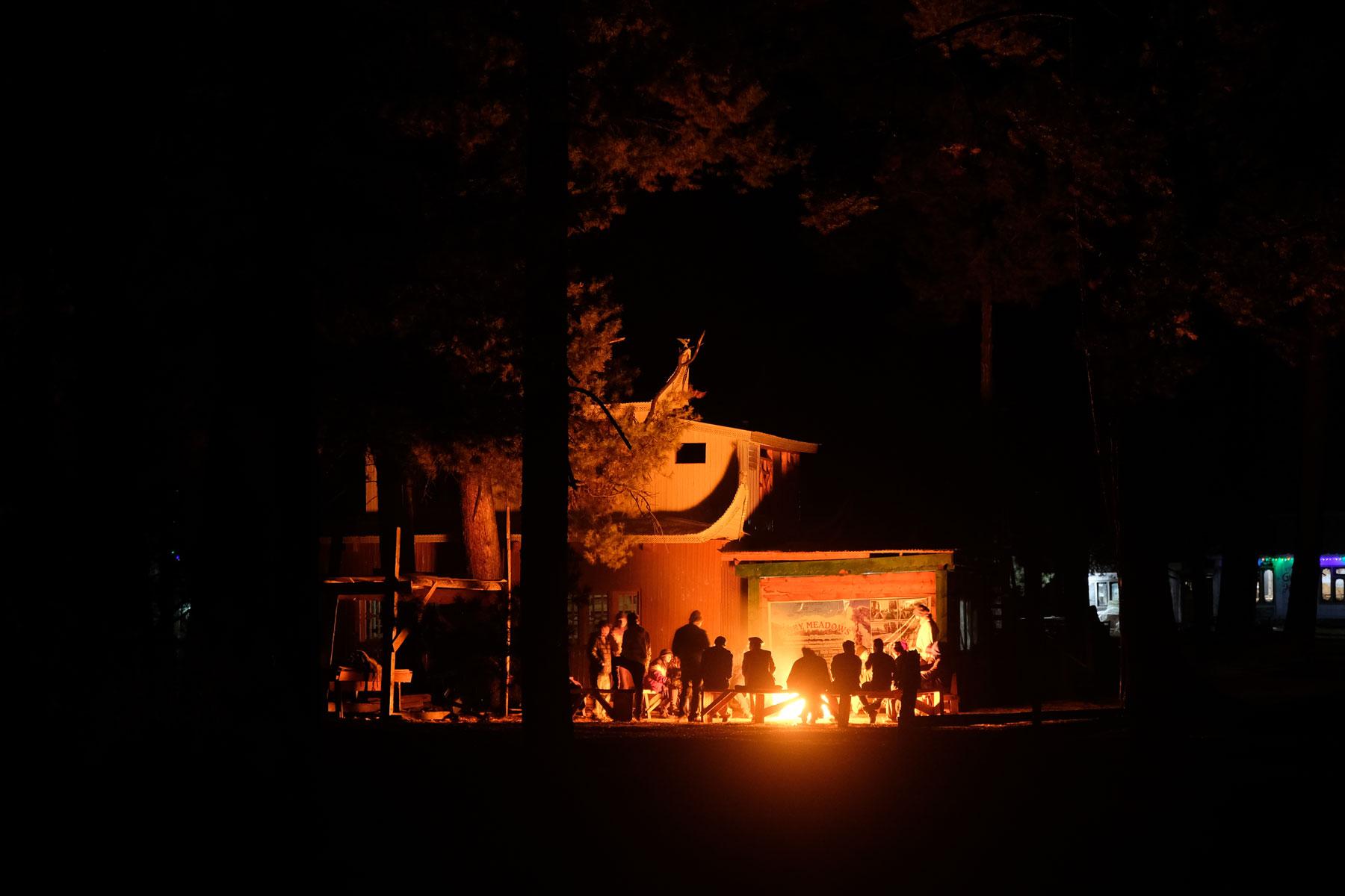 Menschen sitzen um ein Lagerfeuer in Fairy Meadows.