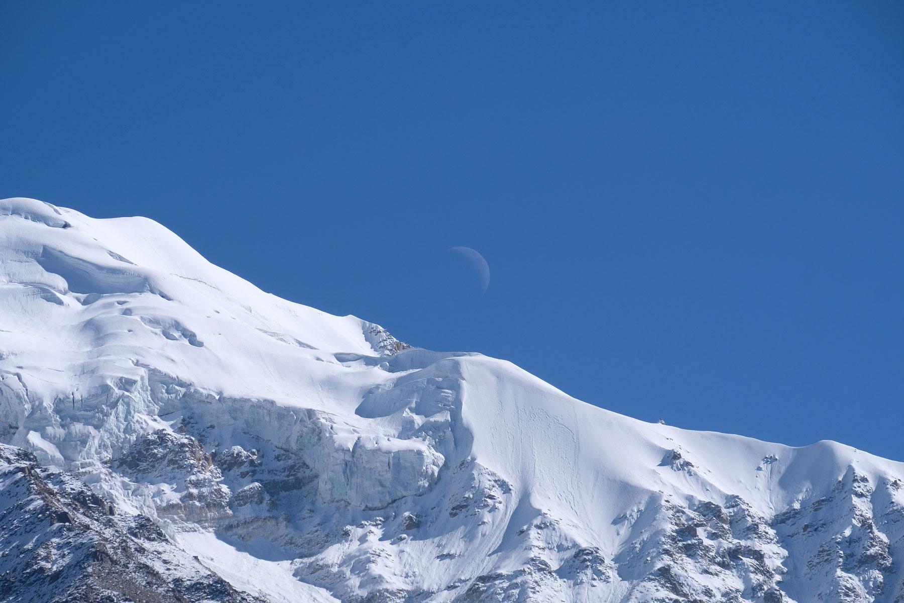 Mond über dem Nanga Parbat.