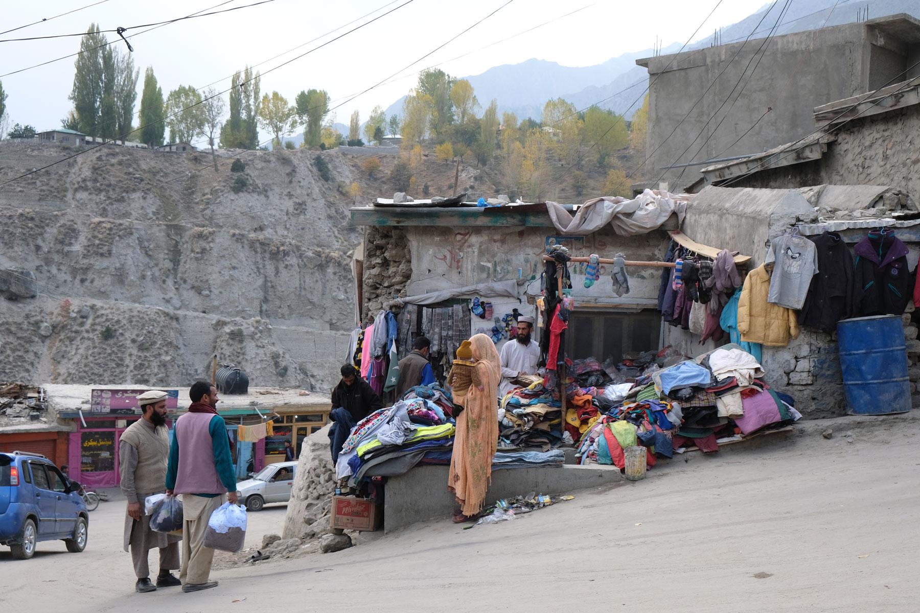 Kleidergeschäft in Astore im Karakorumgebirge.