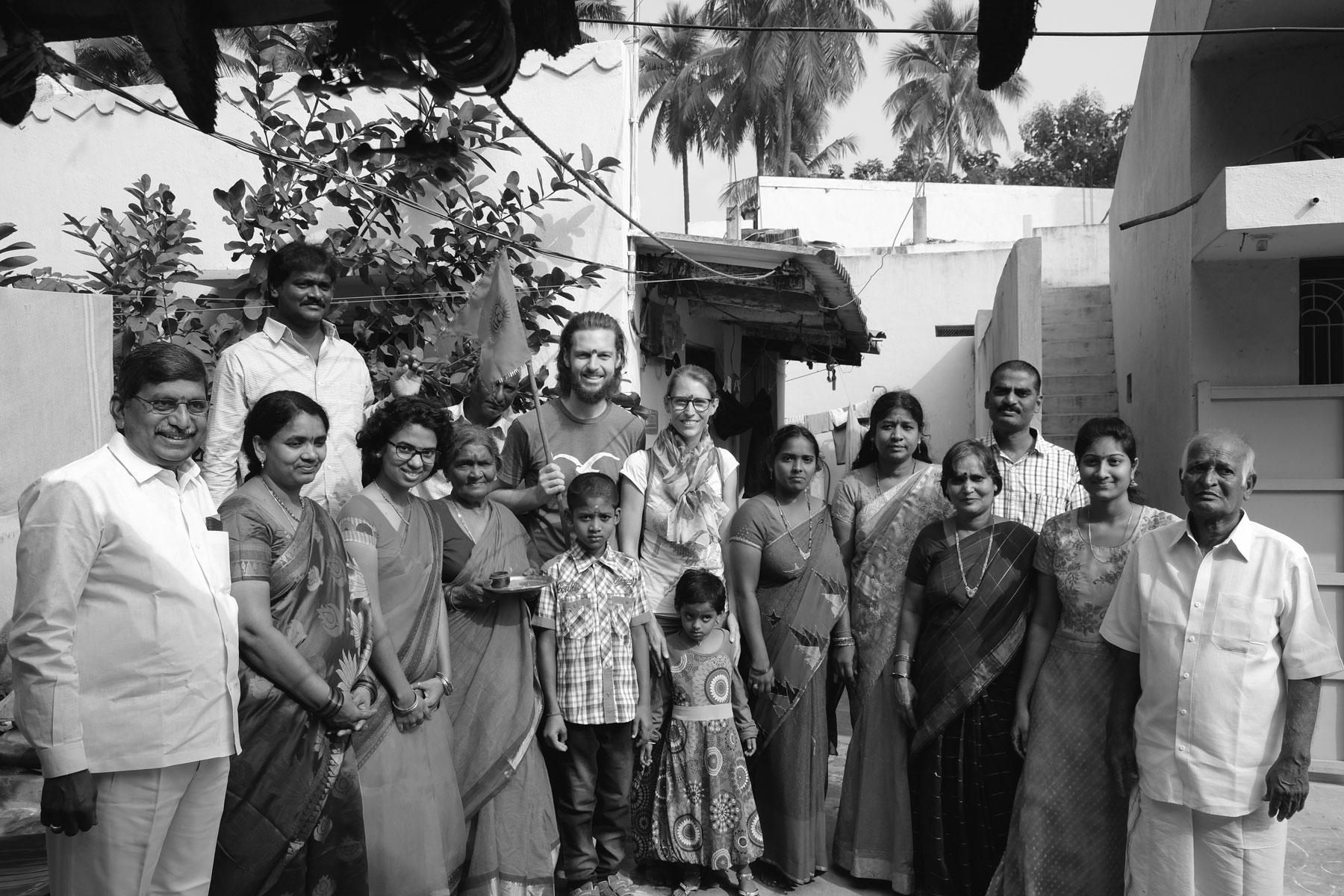 Sebastian und Leo mit einer indischen Großfamilie.