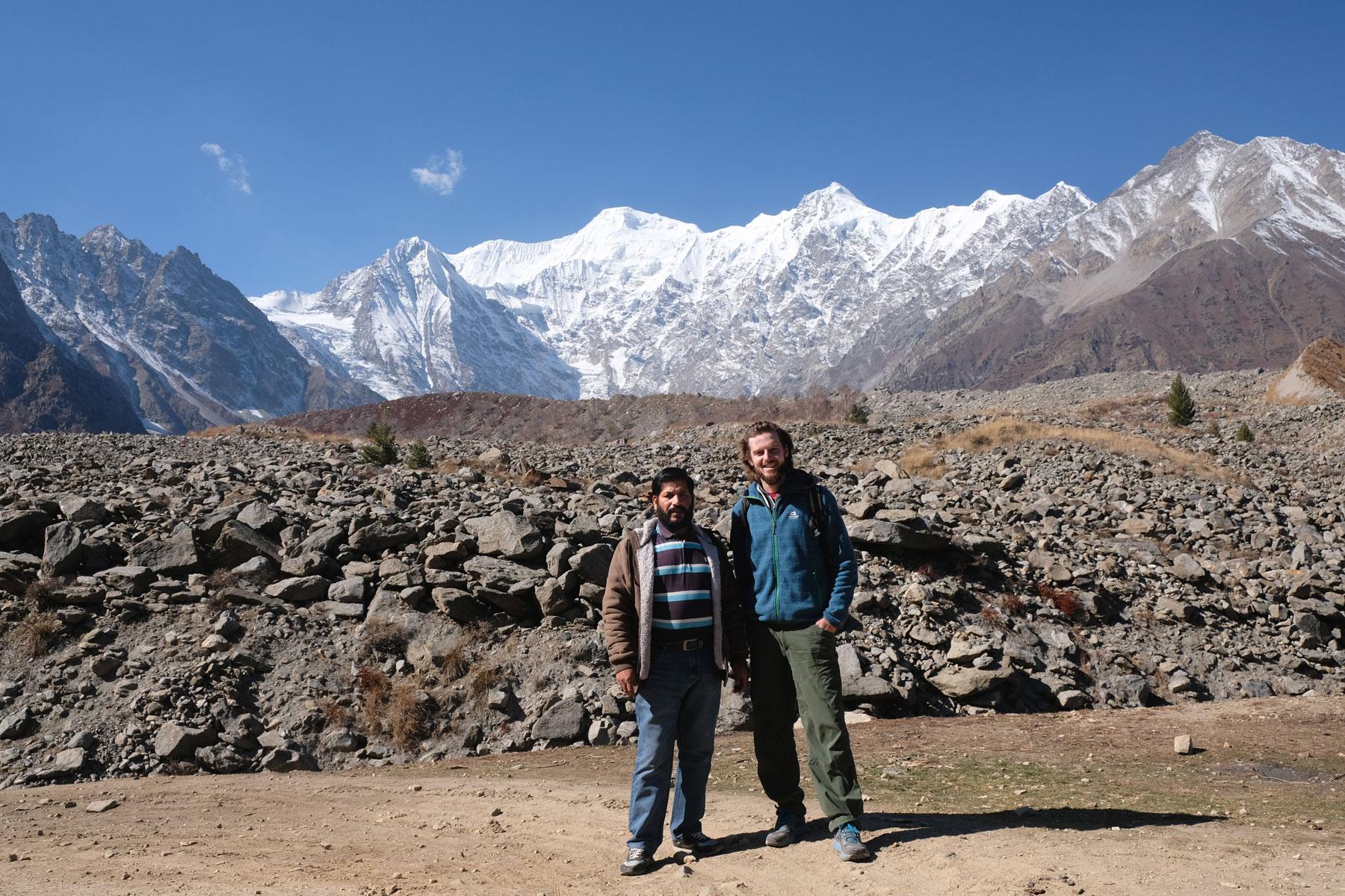 Sebastian neben einem Pakistaner im Gebirge.