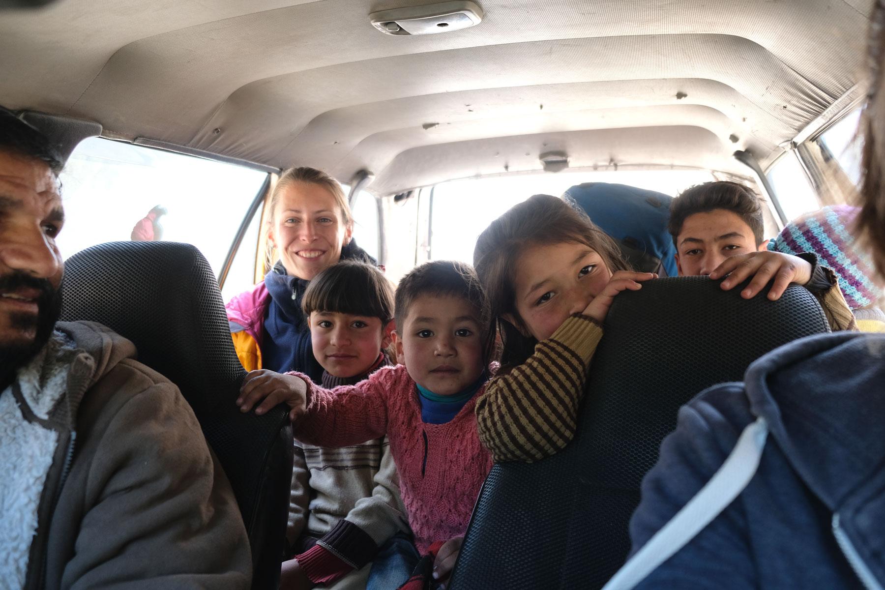 Leo mit Kindern in einem Auto.