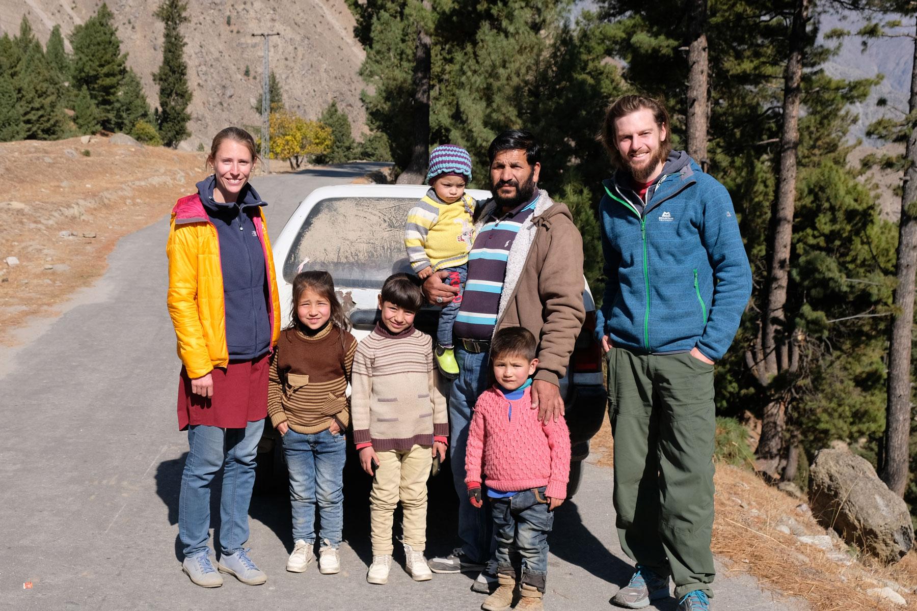 Leo und Sebastian mit einem pakistanischem Mann und seinen Kindern.
