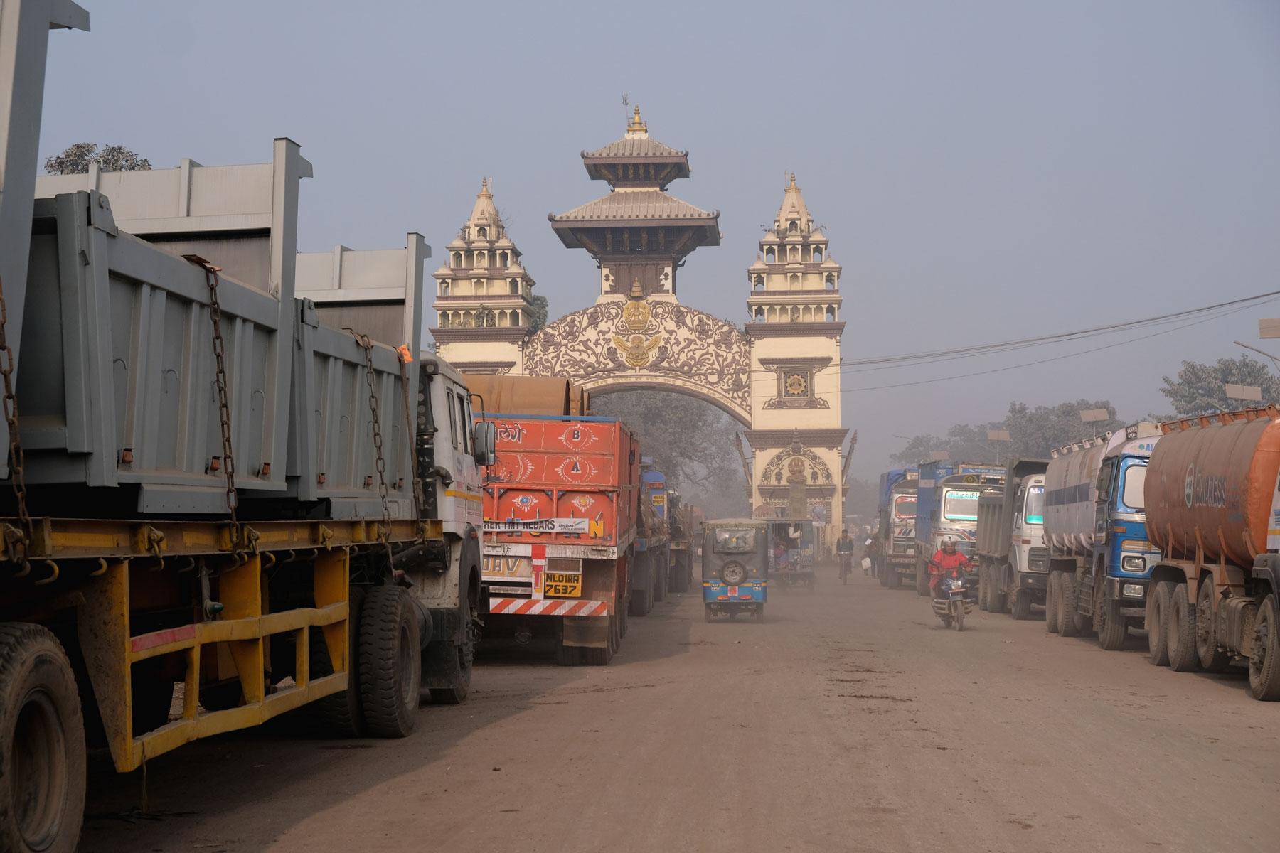 Lastwagen am Grenzübergang zwischen Raxaul und Birgunj.