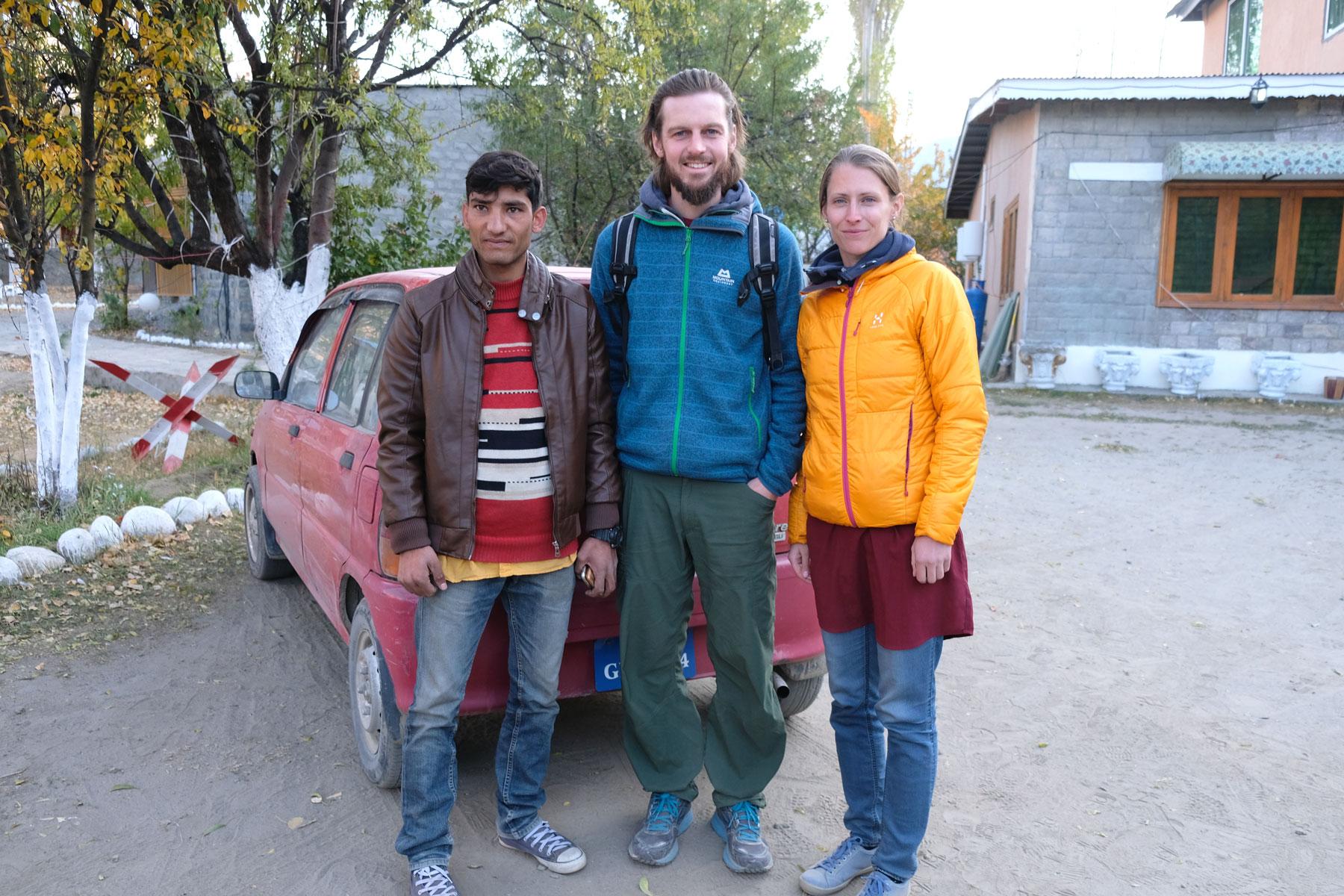 Sebastian und Leo stehen neben einem jungen Pakistaner.