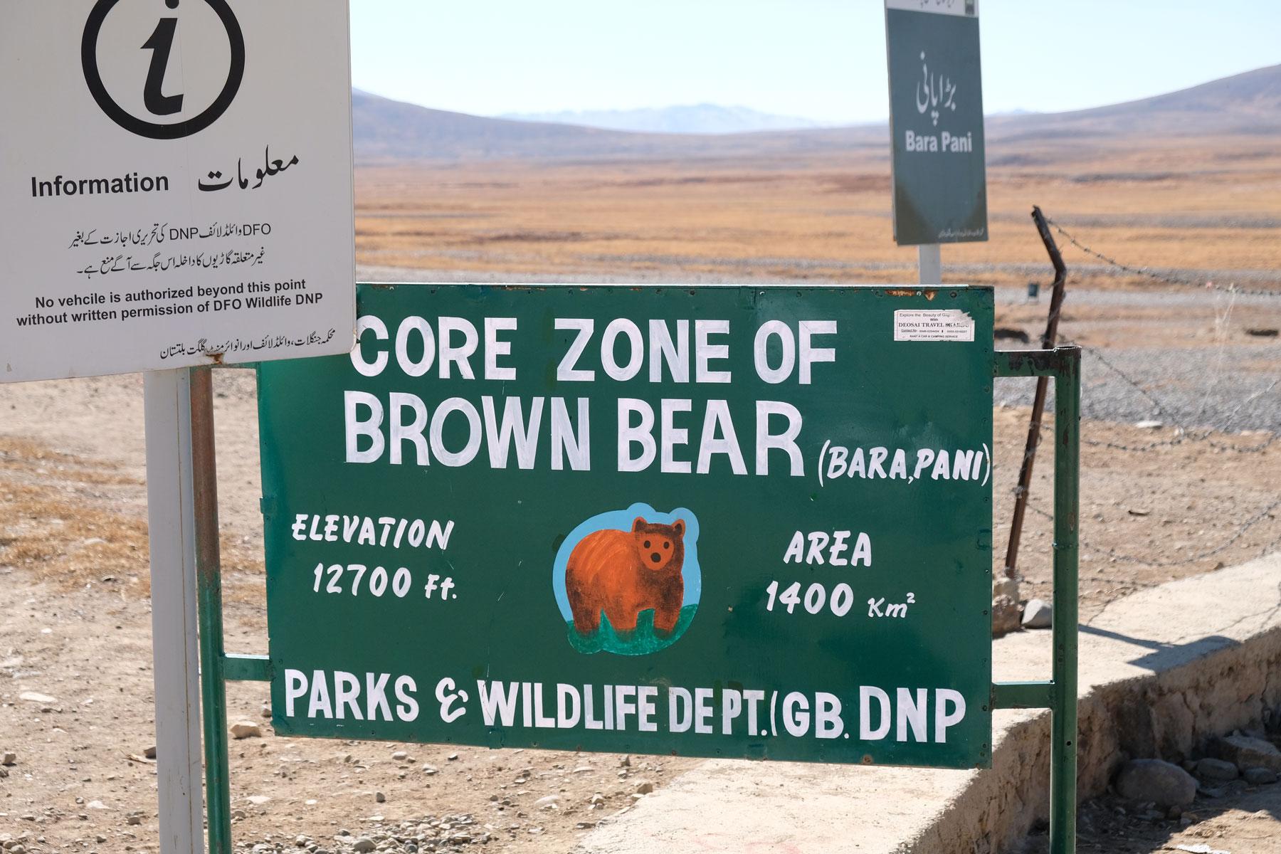 Hinweisschild in den Deosai Plains, das vor Braunbären warnt.