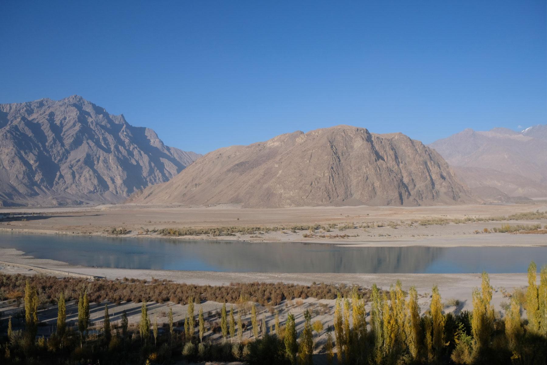 Indus inmitten einer Berglandschaft bei Skardu.