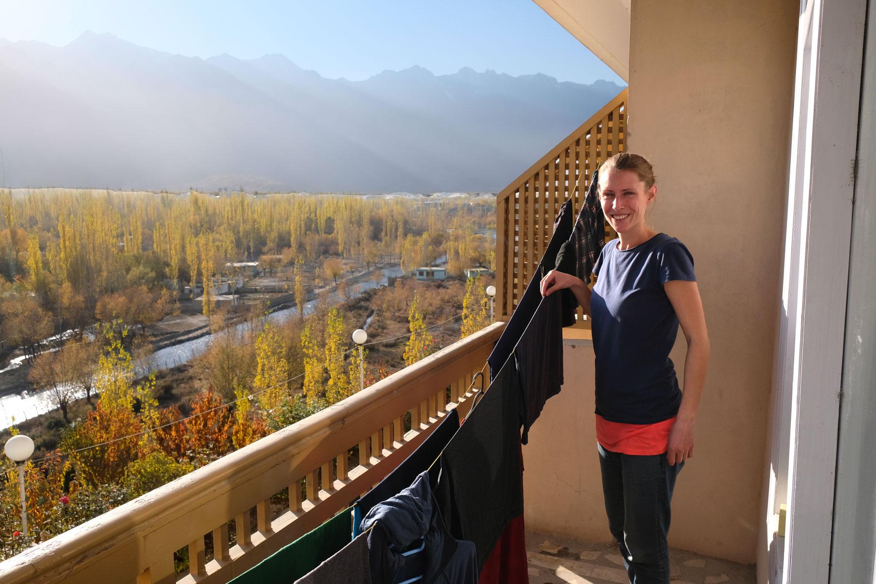 Leo hängt auf einem Balkon in Skardu Wäsche auf.