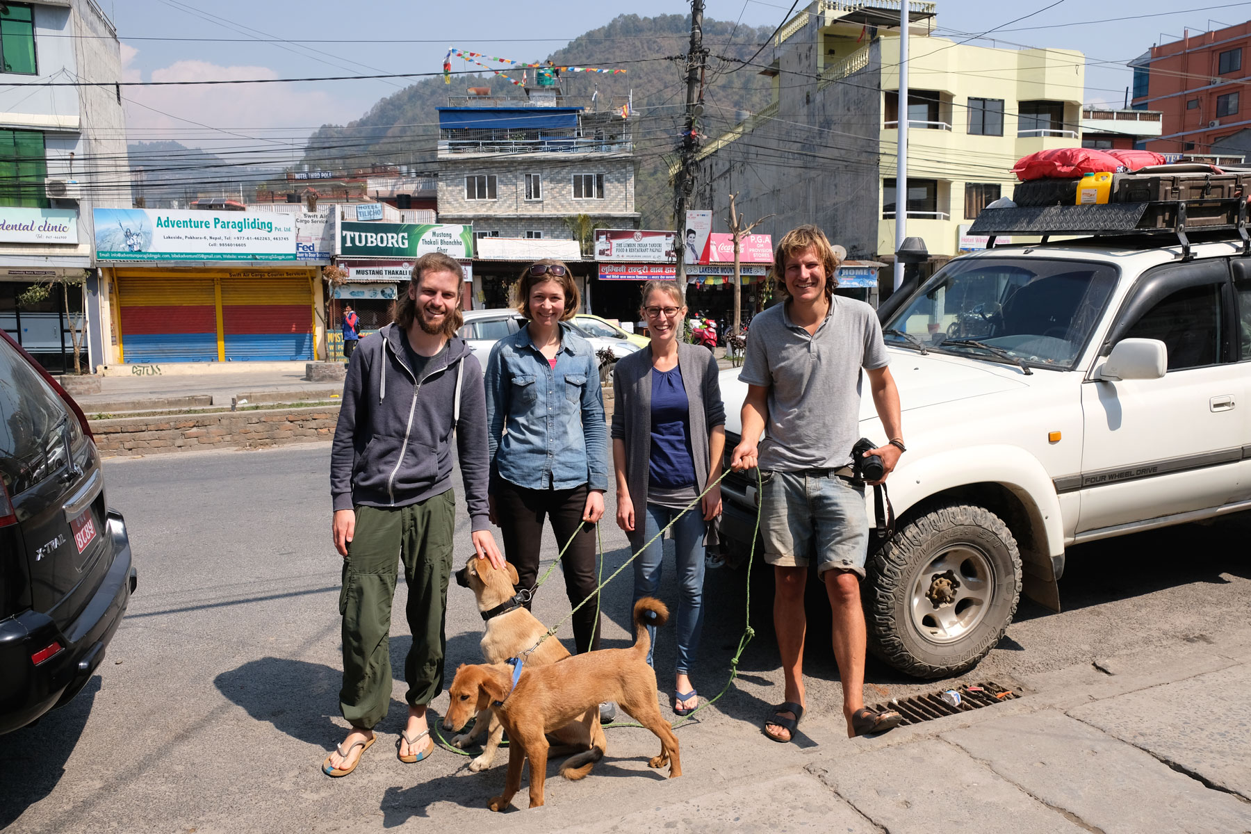 Sebastian und Leo mit einem Pärchen und zwei Hunden in Pokhara.