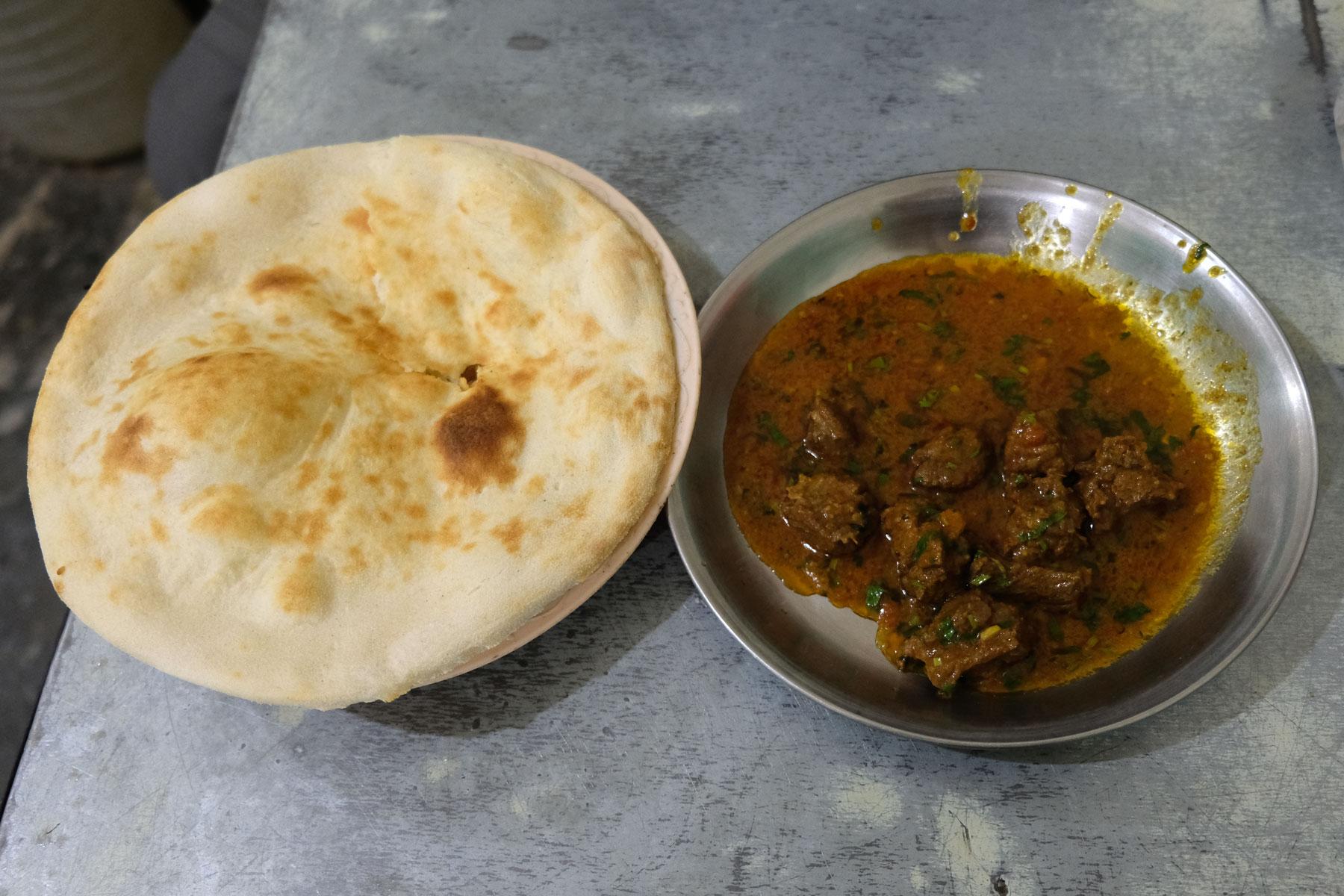 Fladenbrot und ein Rindfleischgericht in Sauce.