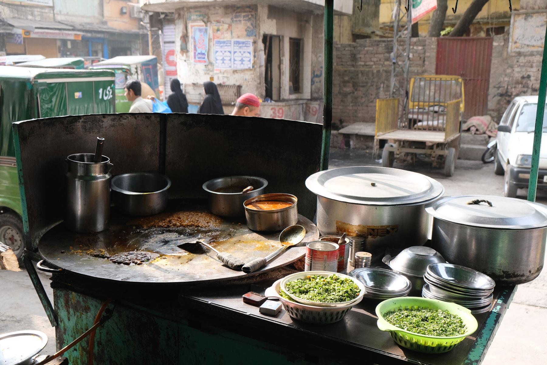 Kochfeld einer Garküche in Rawalpindi.