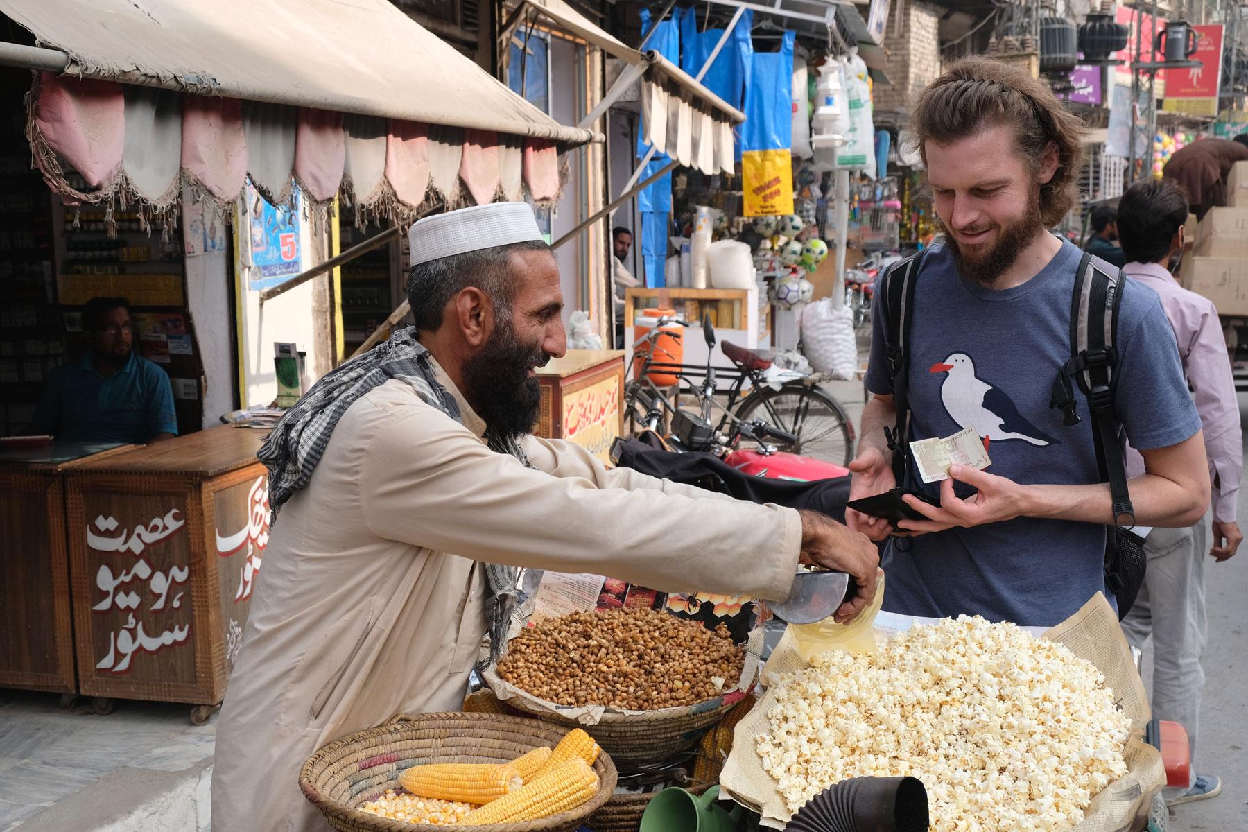 Sebastian kauft Popcorn an einem Straßenstand in Rawalpindi.
