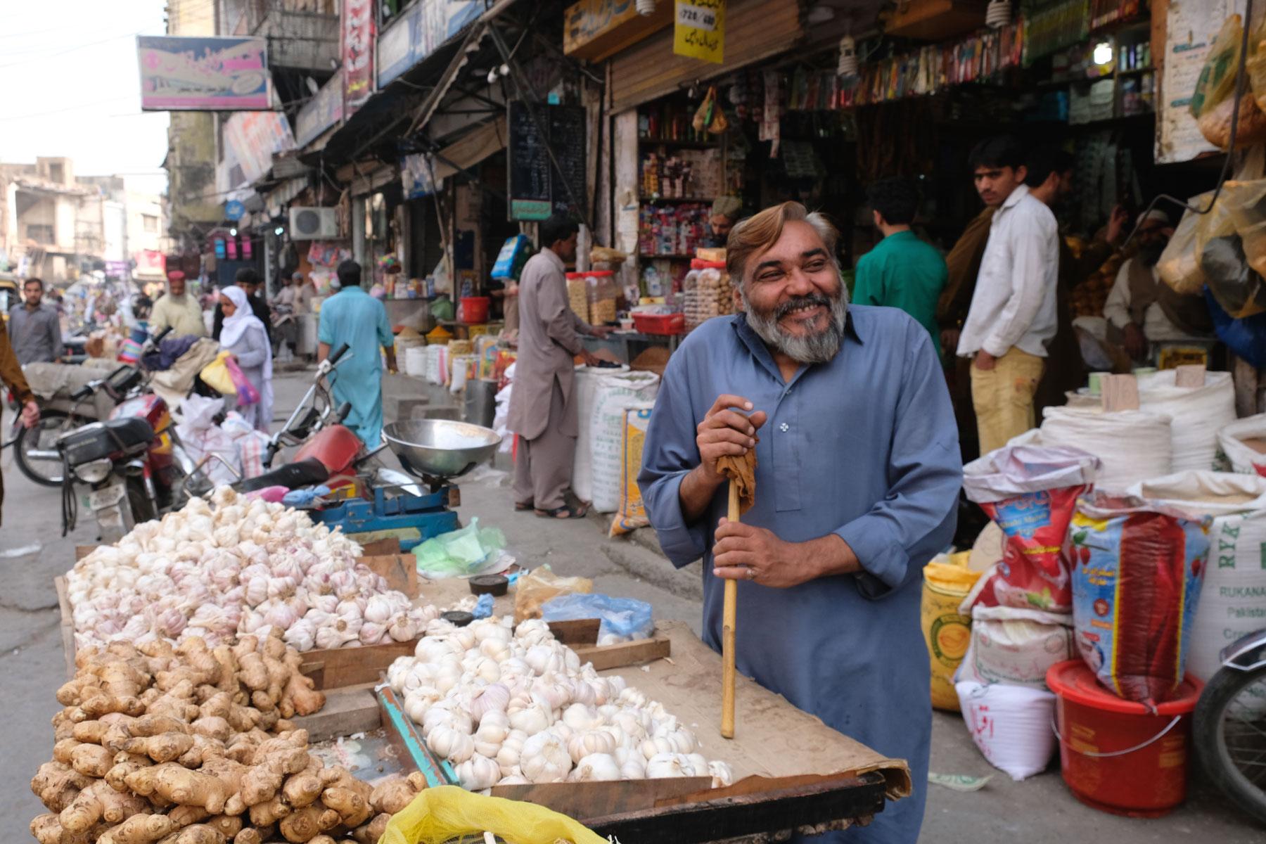Ein pakistanischer Mann verkauft Knoblauch und Ingwer in Rawalpindi.