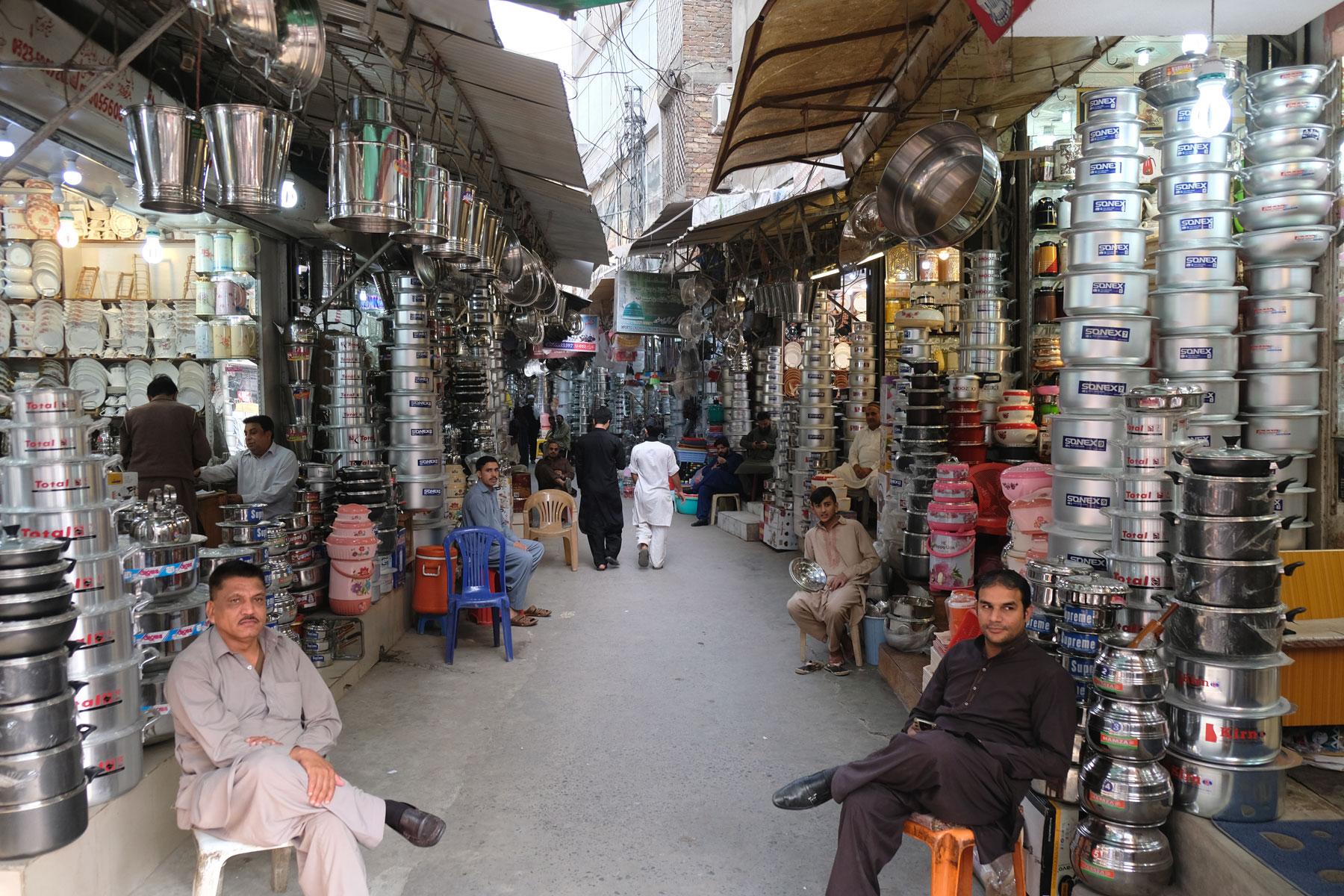 Eine Straße in Rawalpindi, in der Töpfe verkauft werden.