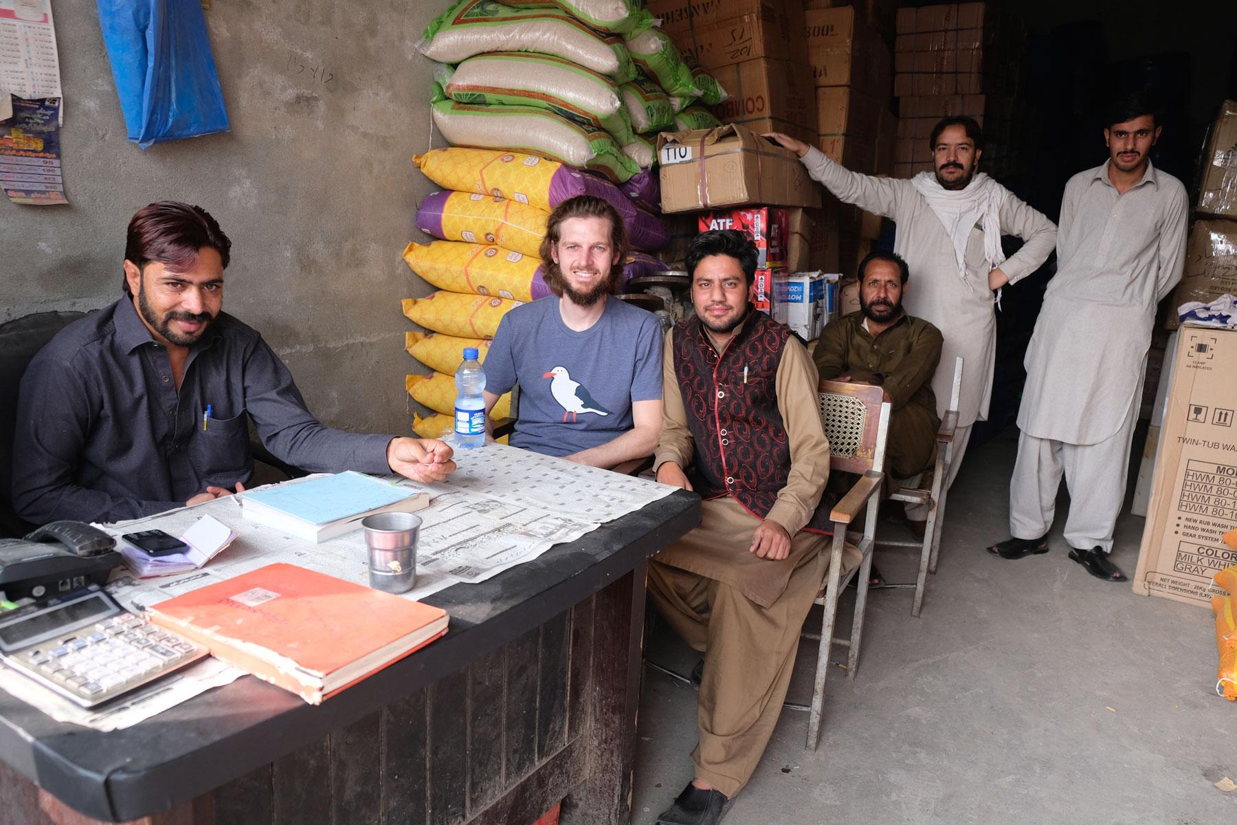 Sebastian mit pakistanischen Männern in einem Verkaufsbüro in Rawalpindi.