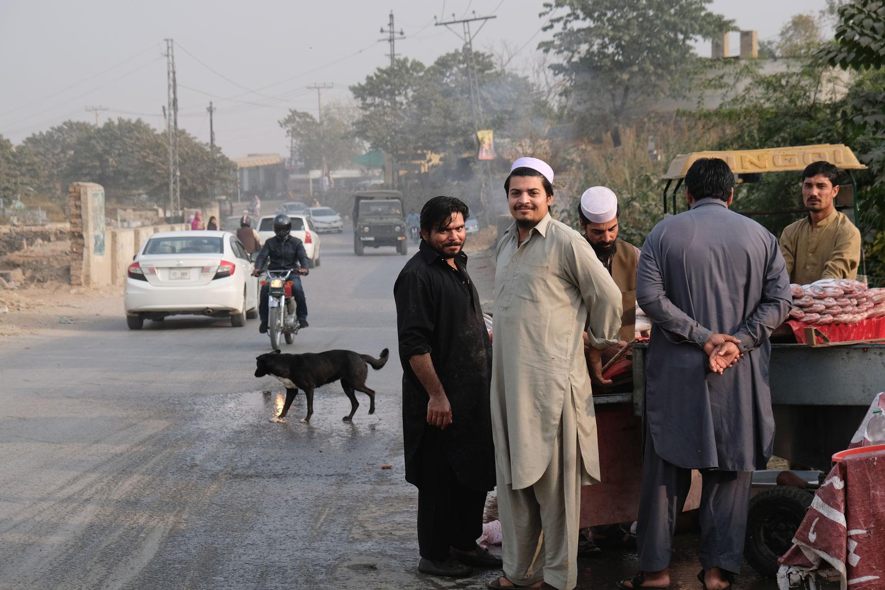 Männer an einem Straßenstand in Rawalpindi.