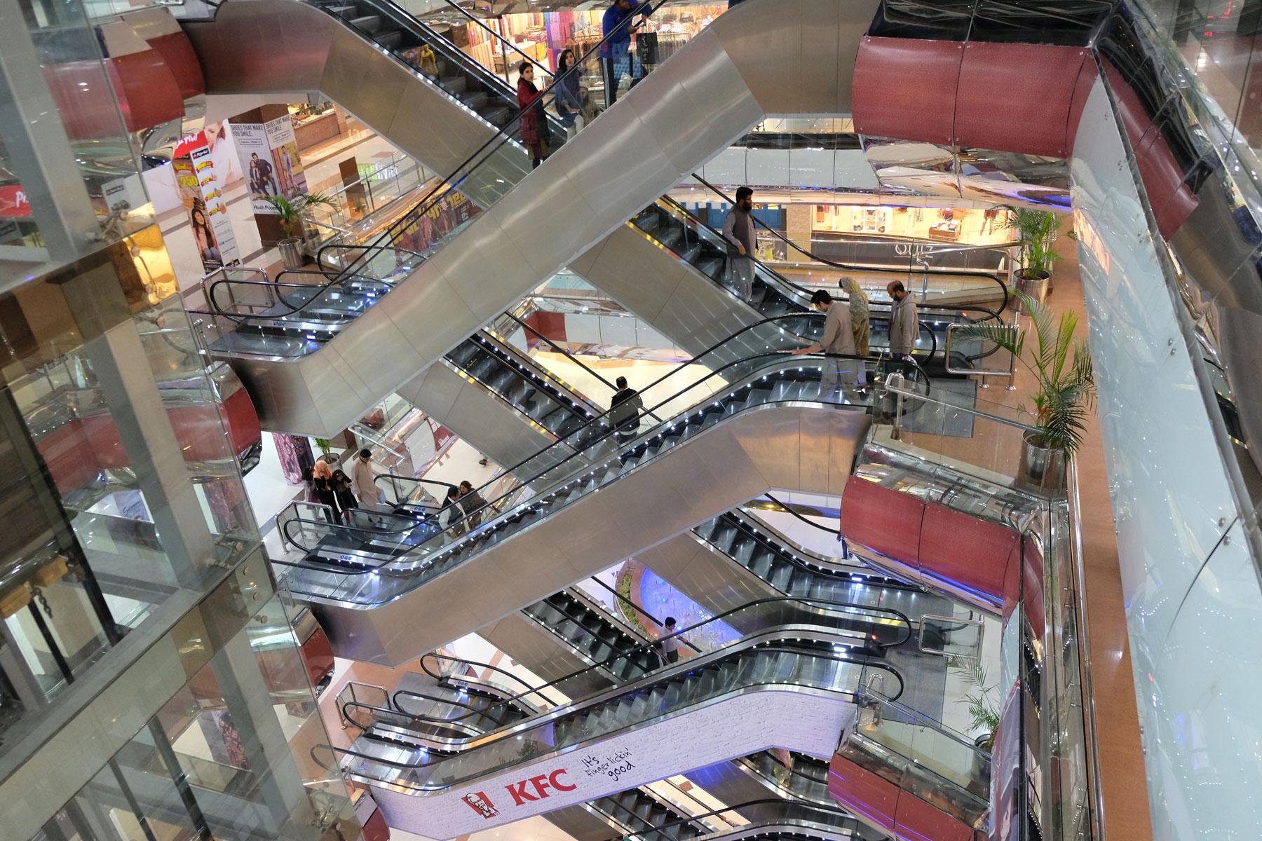 Rolltreppen in einem Einkaufszentrum in Islamabad.