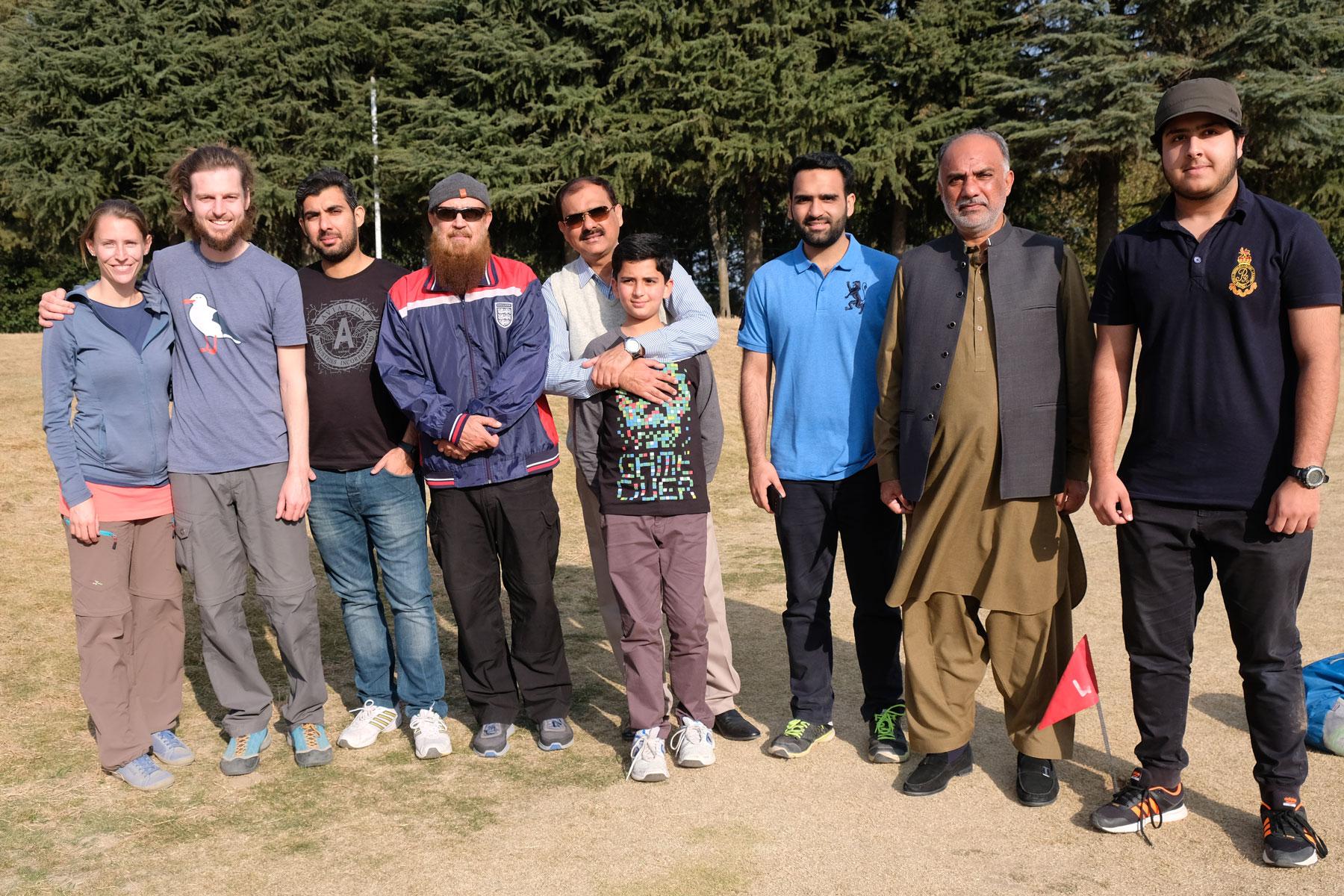 Leo und Sebastian stehen neben pakistanischen Männern.