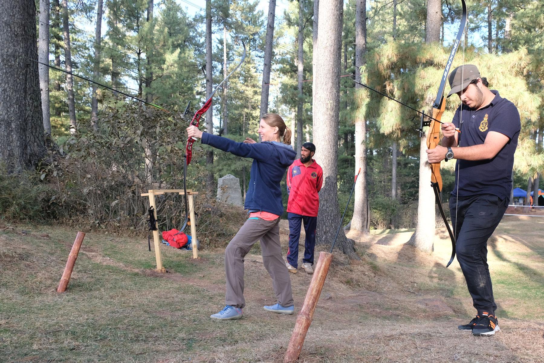 Leo und ein Pakistaner beim Bogenschießen.