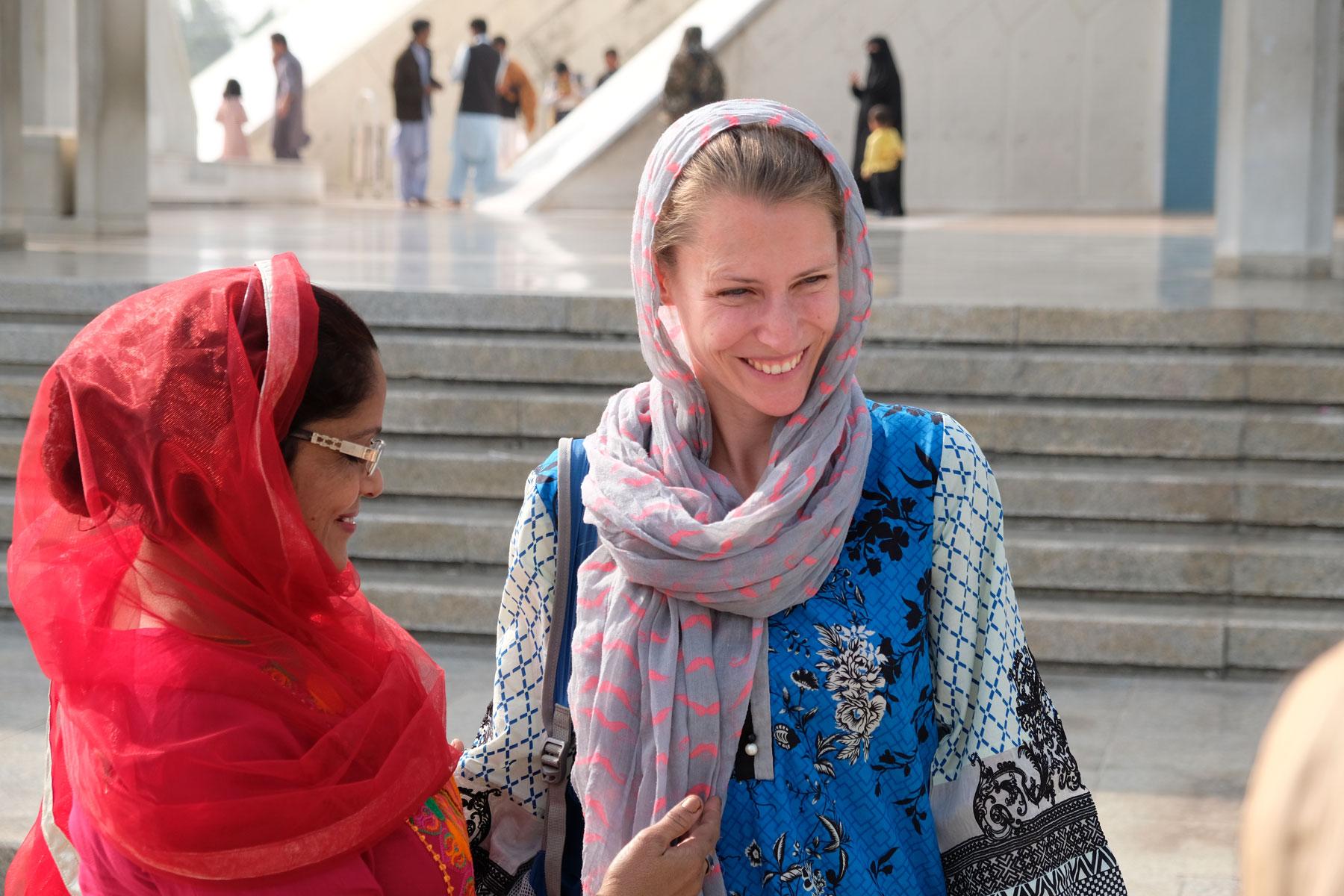 Leo unterhält sich mit einer pakistanischen Frau.