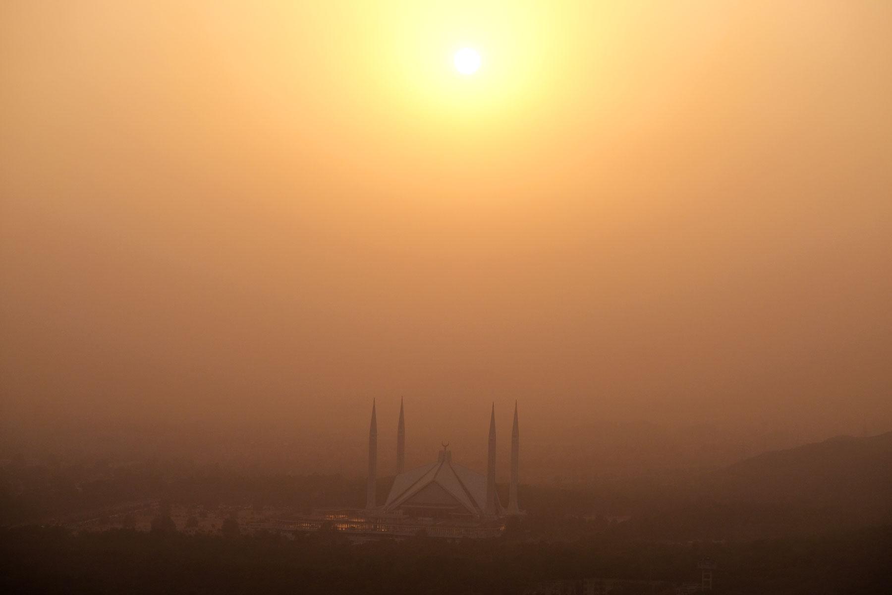 Die Faisal-Moschee in Islamabad beim Sonnenuntergang im Smog.