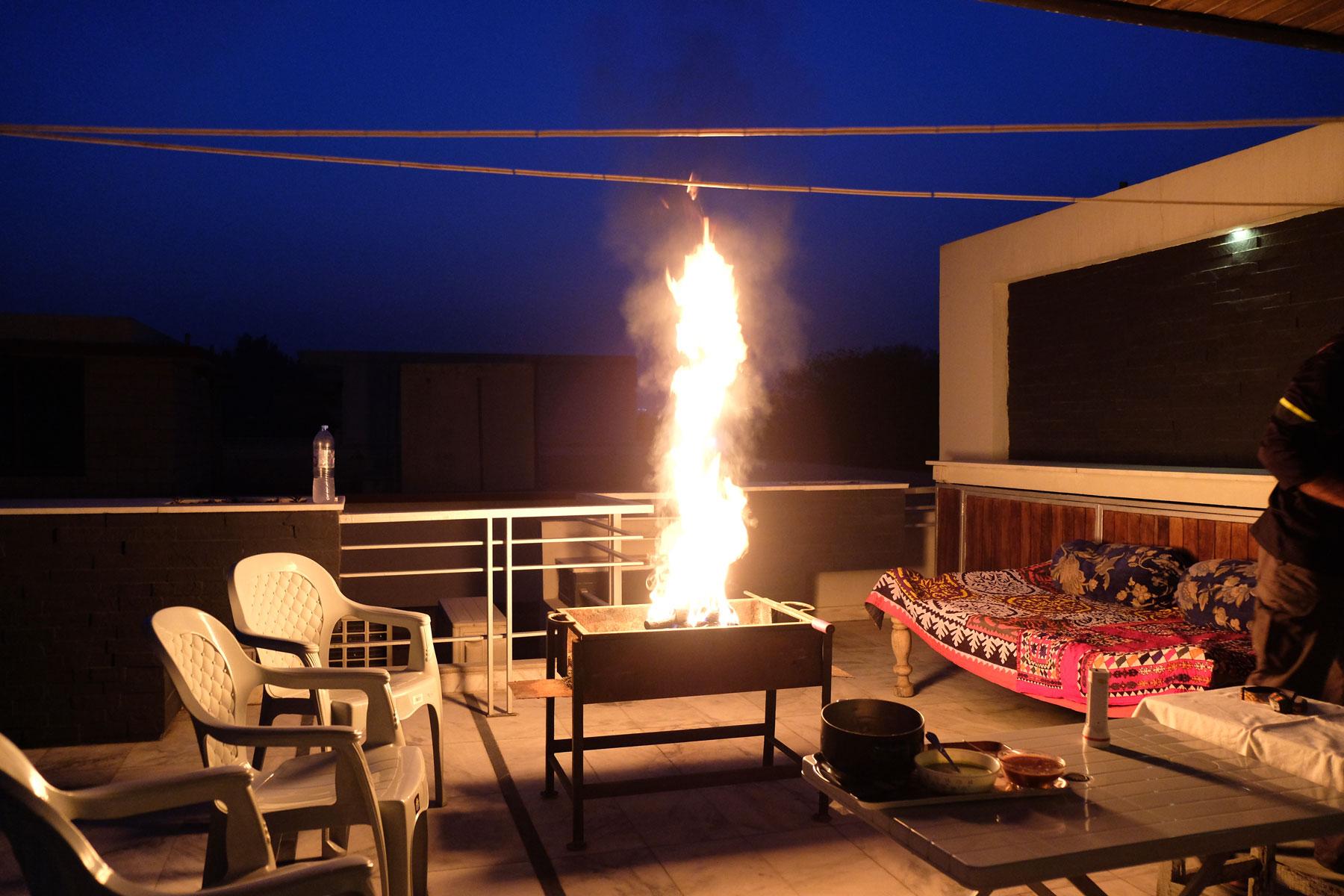 Stichflammen aus einem Grill auf einer Terrasse in Islamabad.