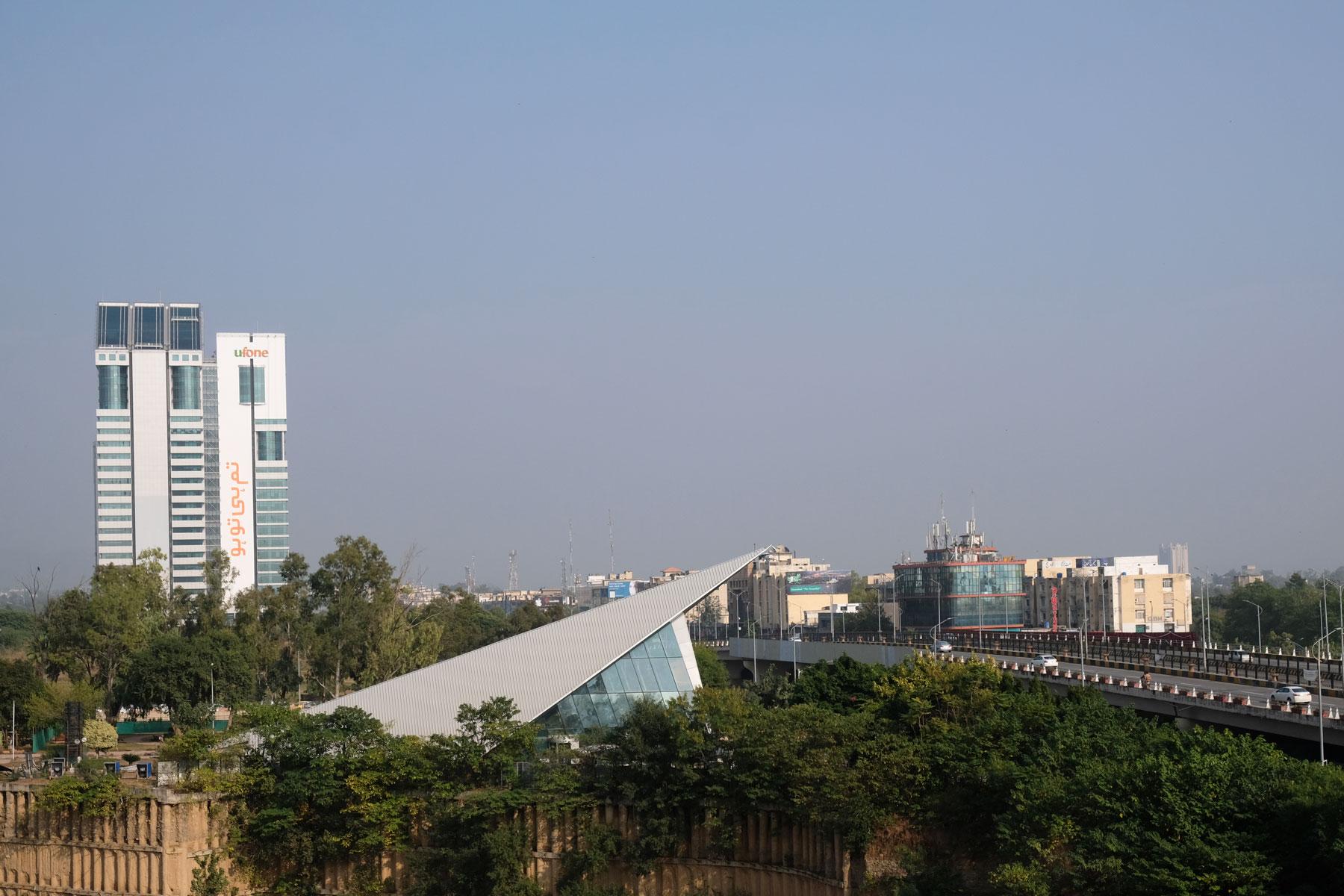 Hochhäuser und Bäume in Islamabad.