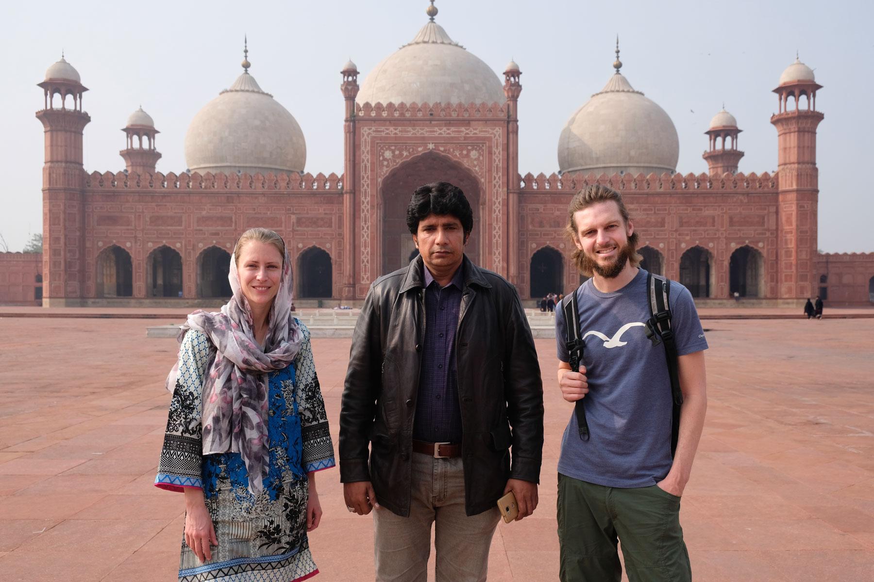 Leo und Sebastian mit einem Guide vor der Badshahi-Moschee in Lahore.