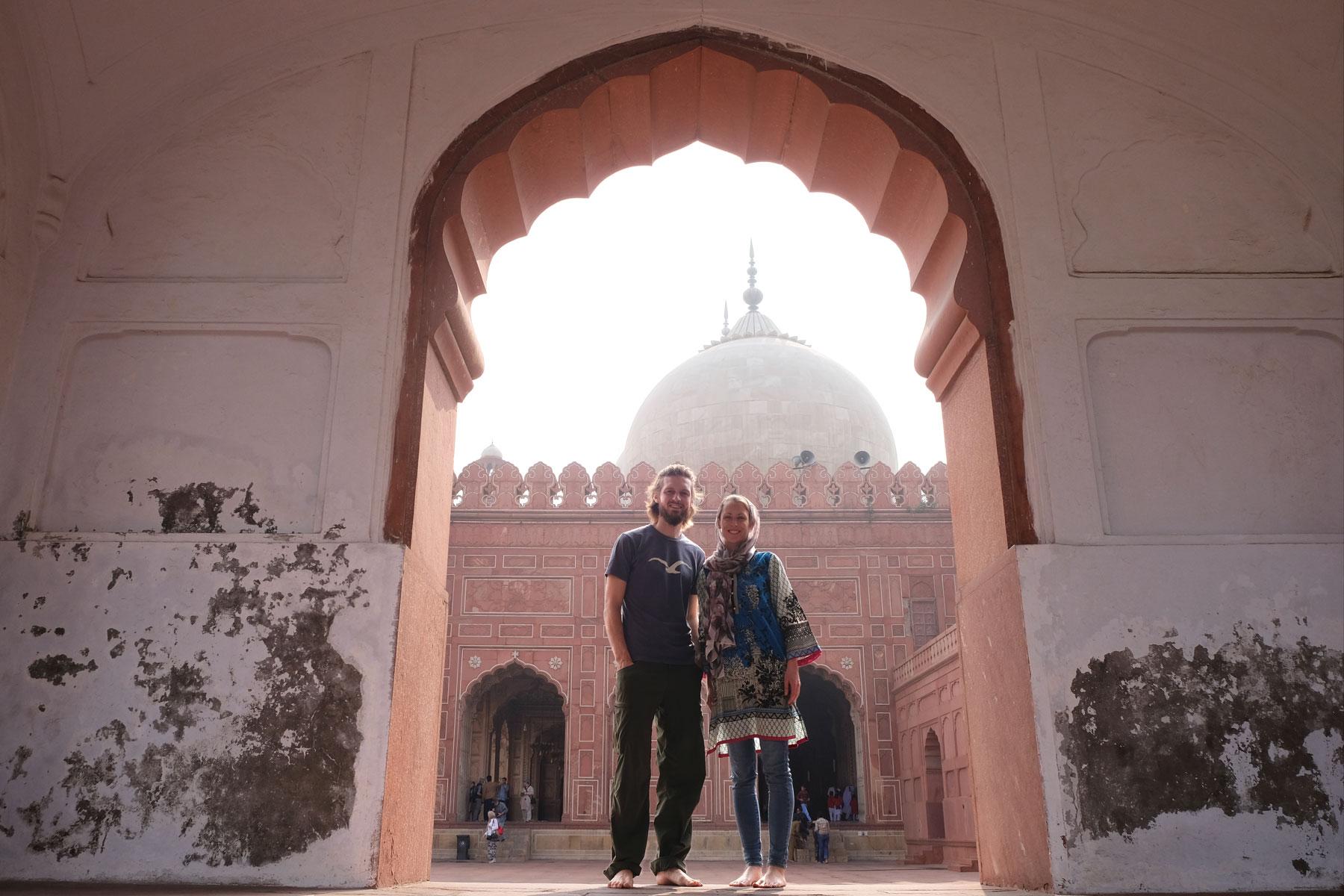 Sebastian und Leo stehen in einem Tor in der Badshahi-Moschee.
