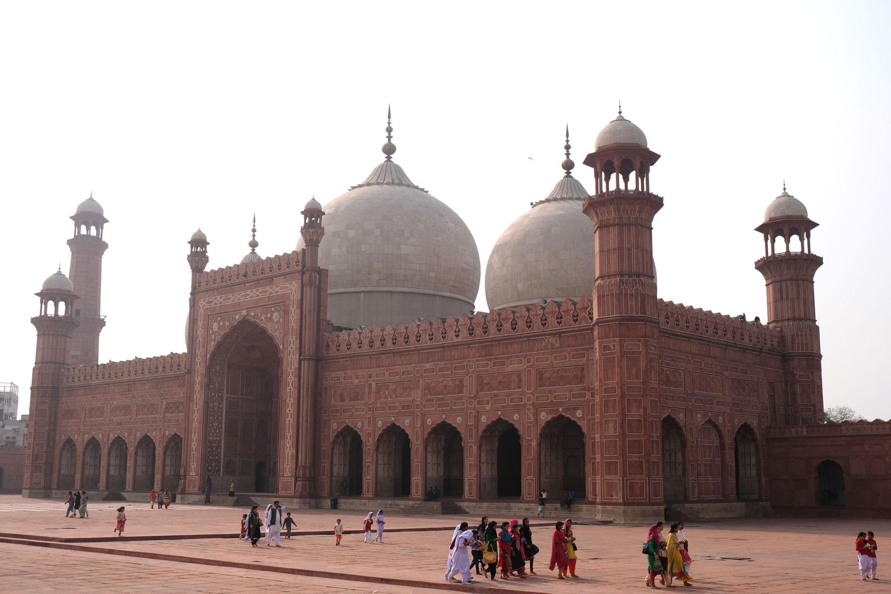 Menschen vor der Badshahi-Moschee in Lahore.