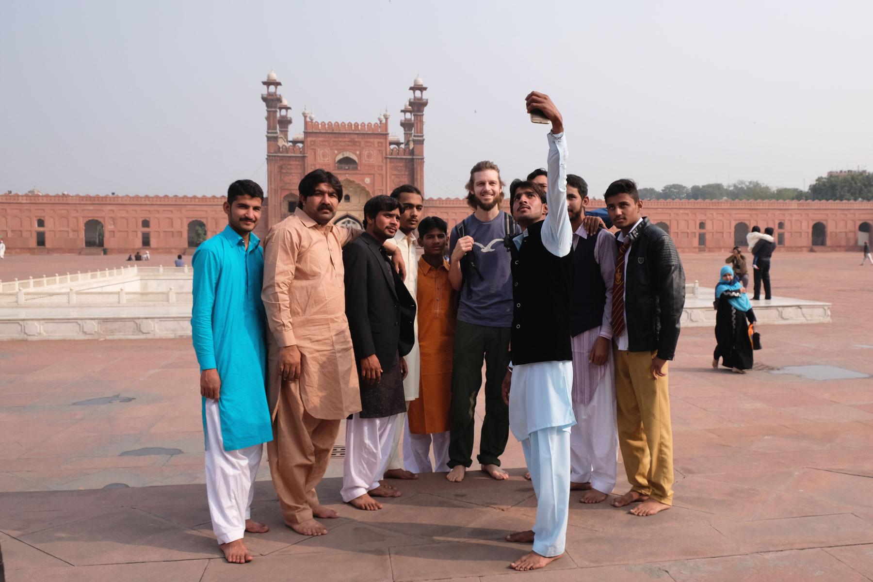 Sebastian macht in der Badshahi-Moschee ein Foto mit pakistanischen Männern.