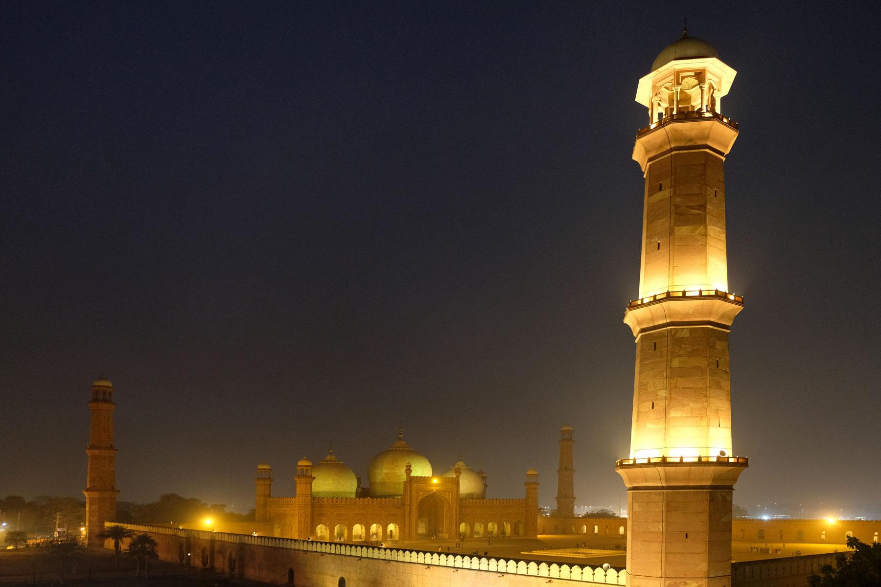 Abends essen wir in einem direkt neben der Moschee gelegenen Restaurant mit Dachterrasse und haben sehen das beleuchtete Gebäude bei Nacht