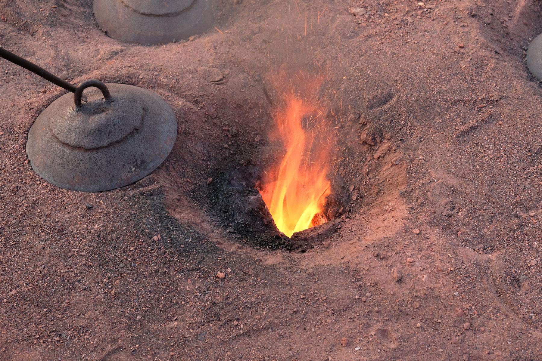 Aus dem Inneren dringen heiße Flammen und ein beißender Geruch nach oben