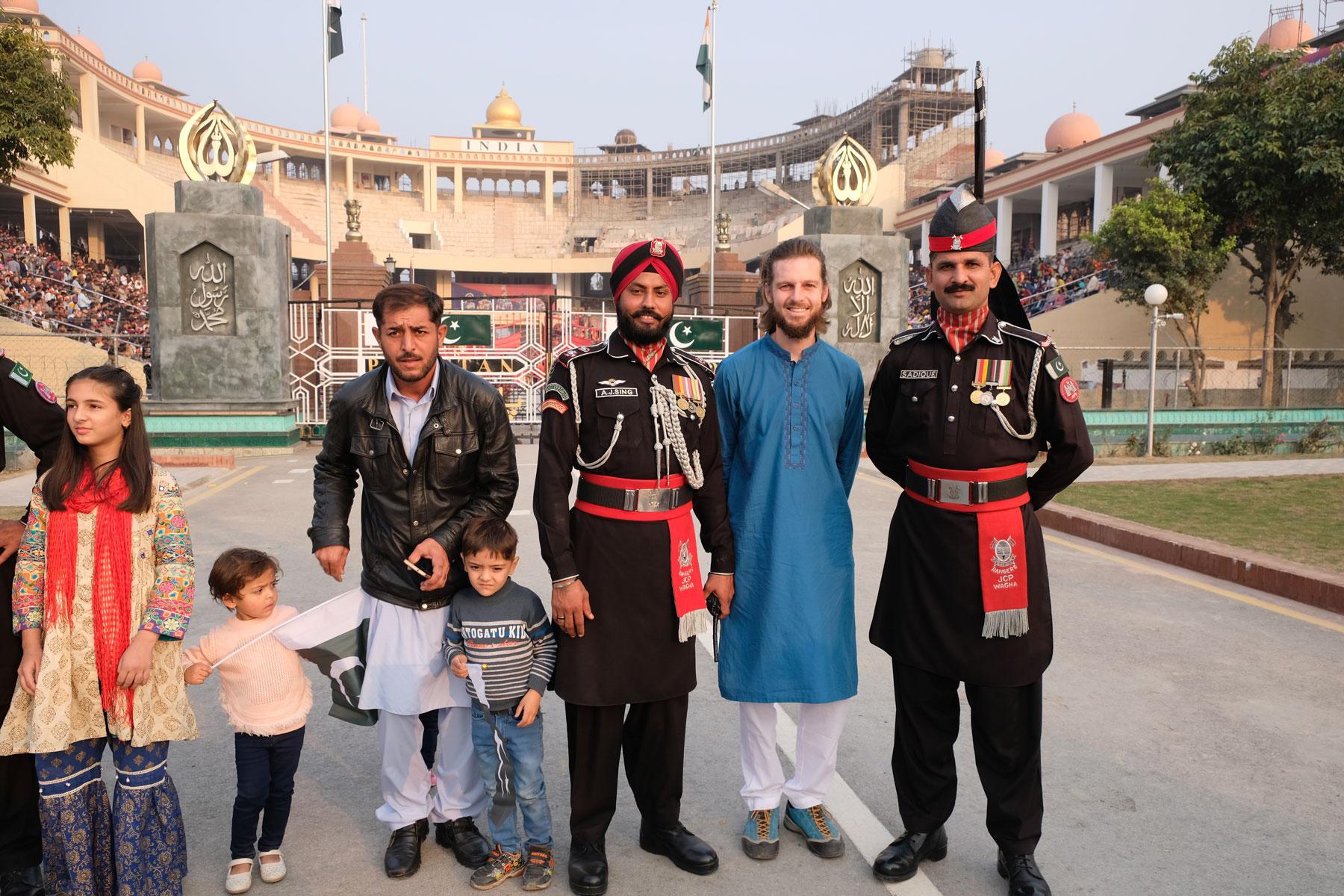 Sebastian neben zwei pakistanischen Soldaten an der Wagah Border.