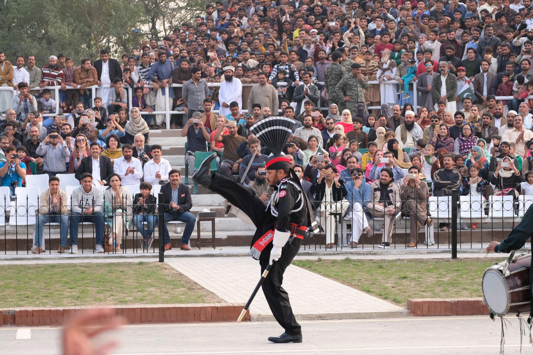 Ein pakistanischer Soldat während der Grenzschließungszeremonie an der Wagah Border.