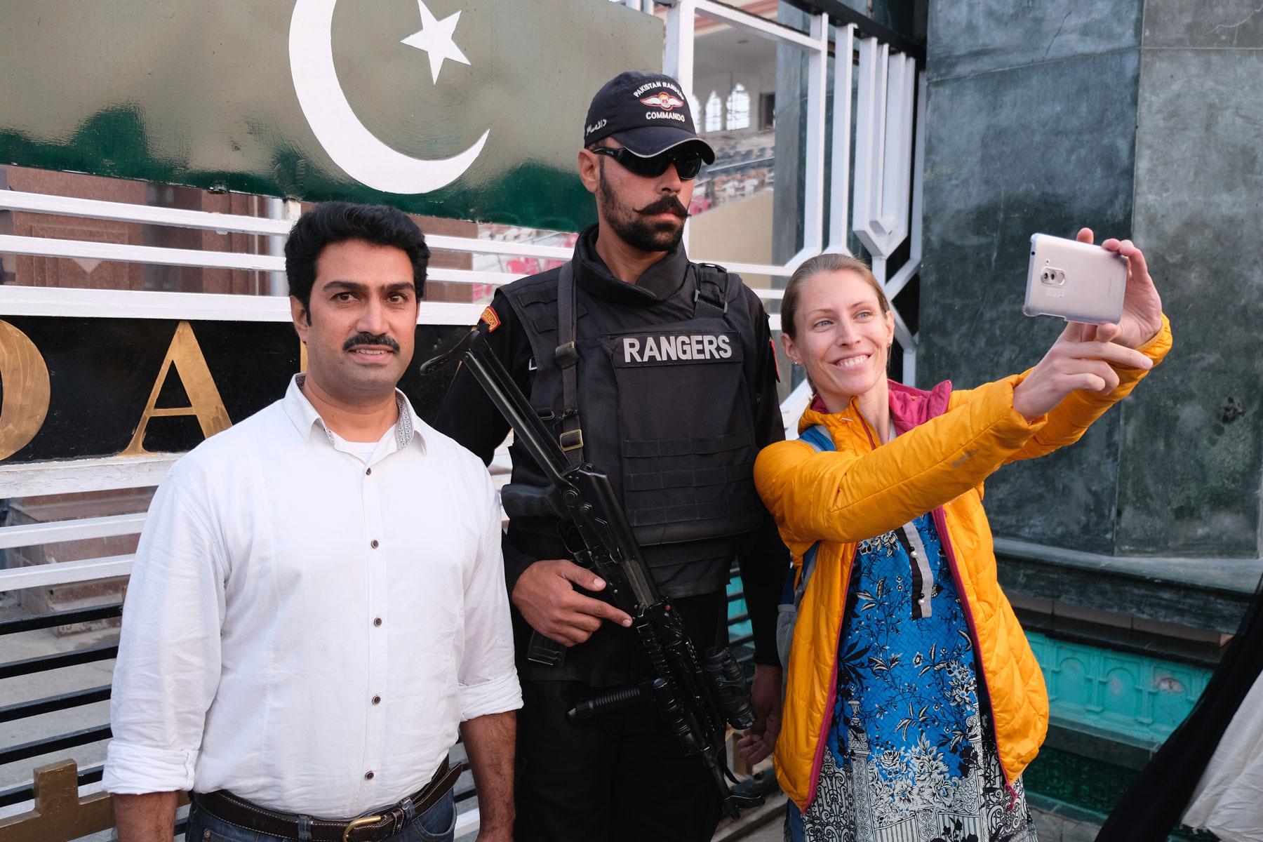 Leo macht mit einem pakistanischen Soldat ein Selfie.