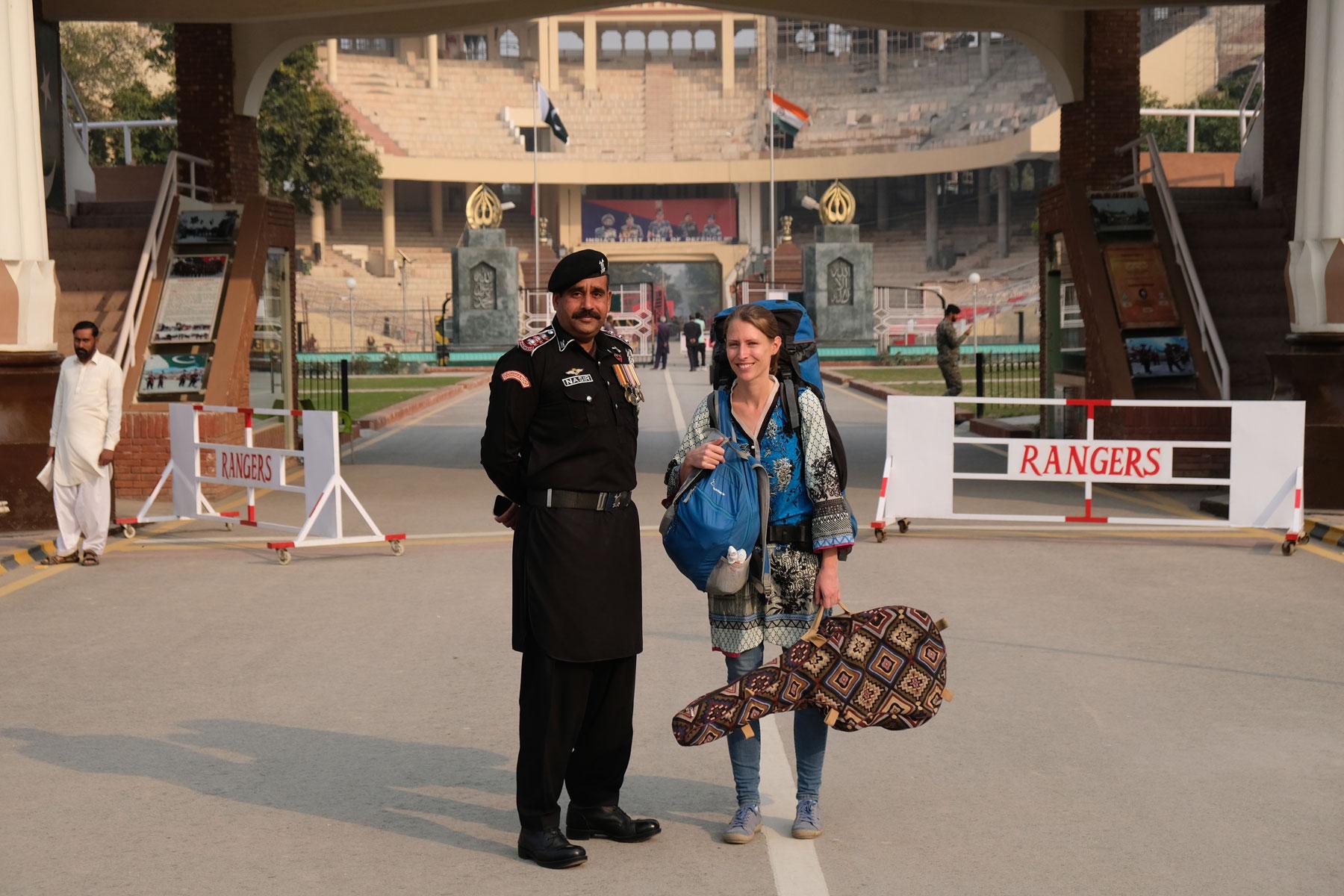 Leo mit Gitarre und Rucksack neben einem pakistanischen Soldat an der Wagah Border.